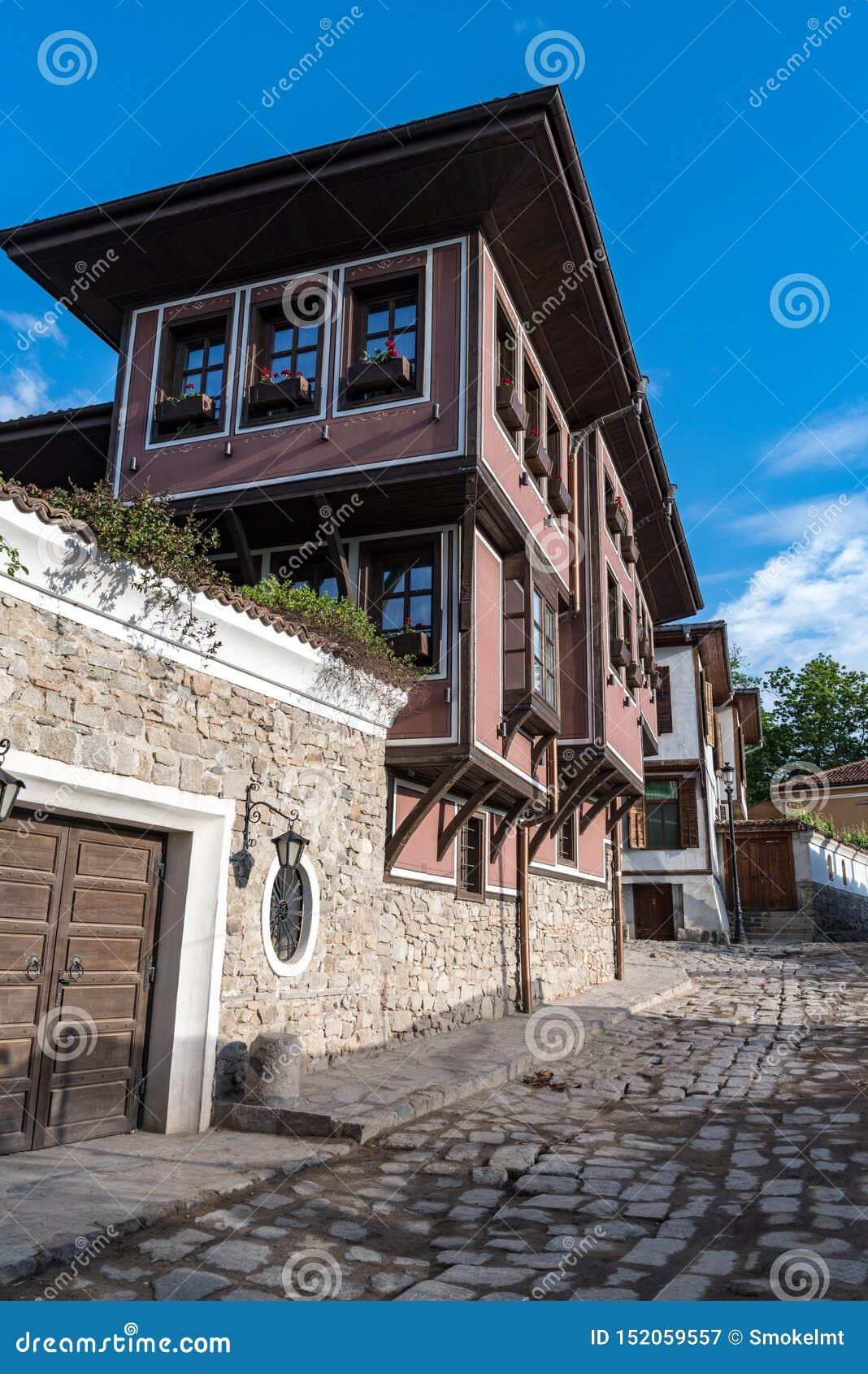 Взгляд узкой улочки в исторической части городка Пловдива старого Типичные средневековые красочные здания bulbed
