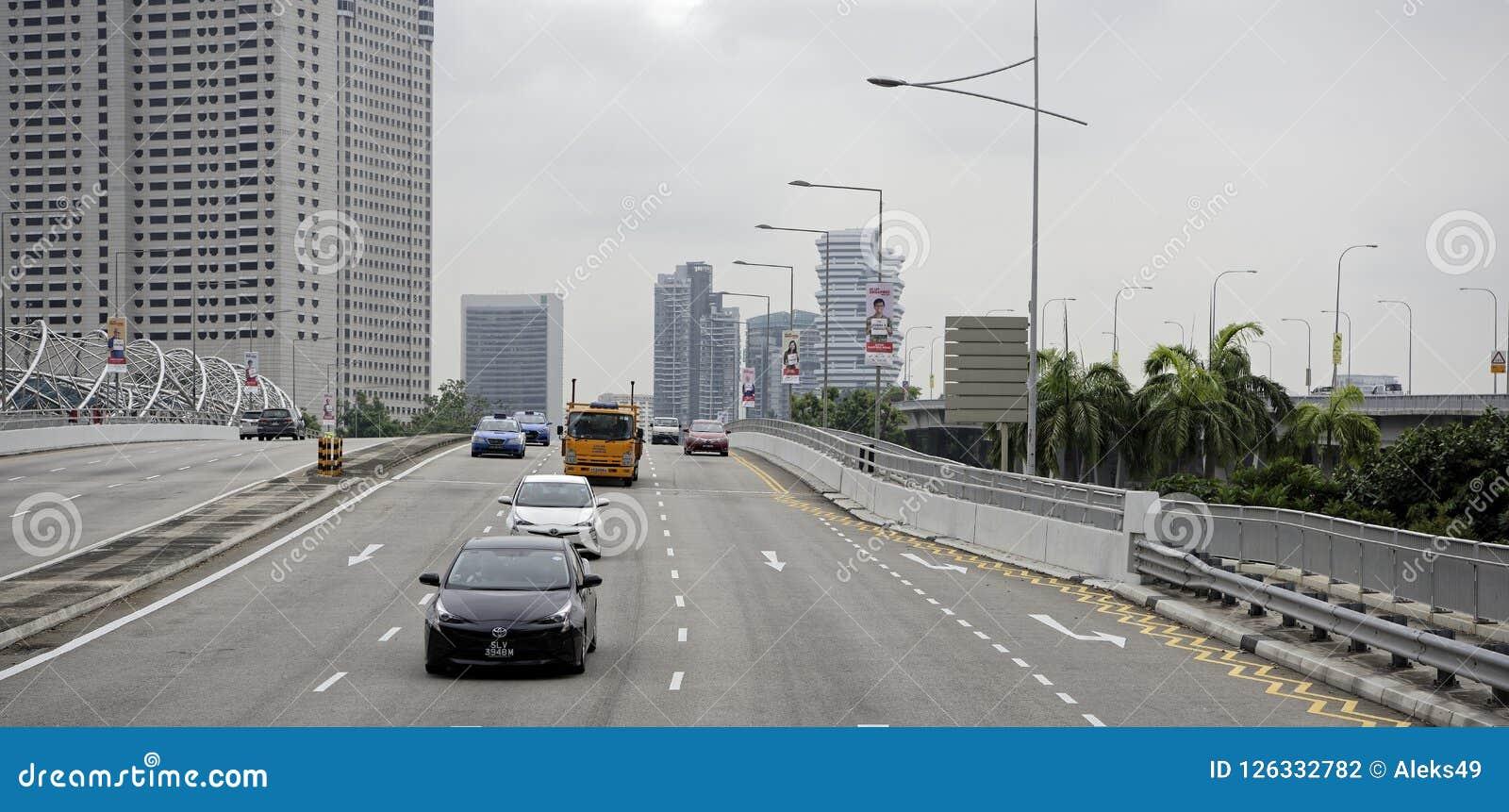 Взгляд улицы города Люди и автомобили двигают вдоль s