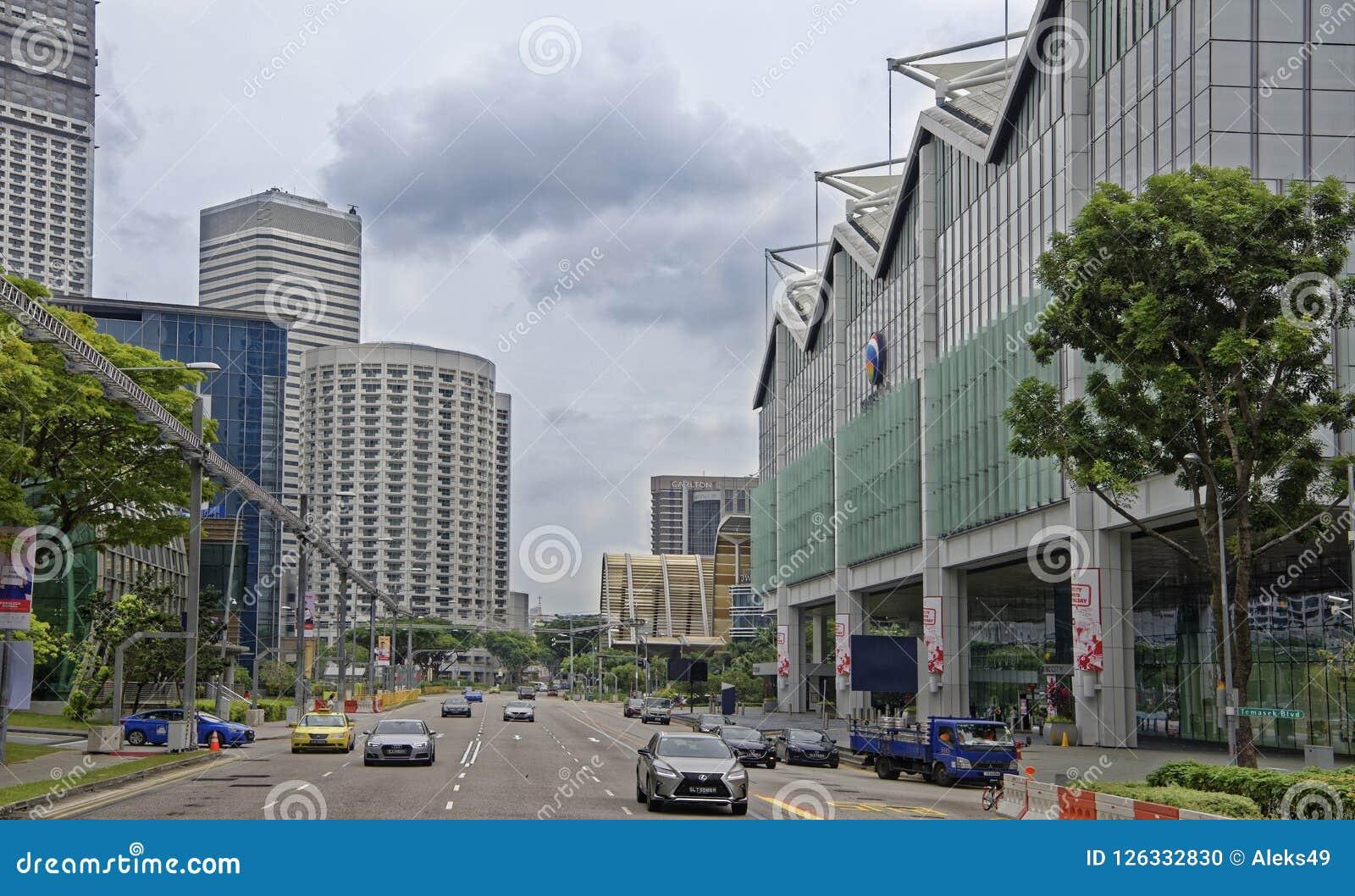 Взгляд улицы города Люди и автомобили двигают вдоль st