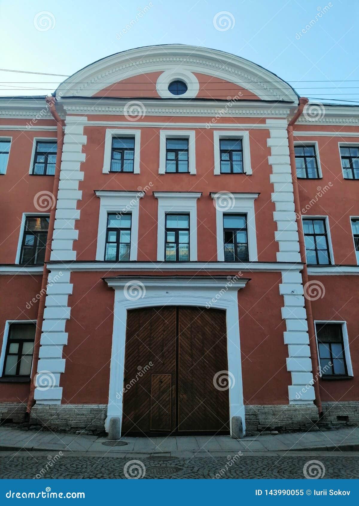 Взгляд фасада здания с деревянными воротами