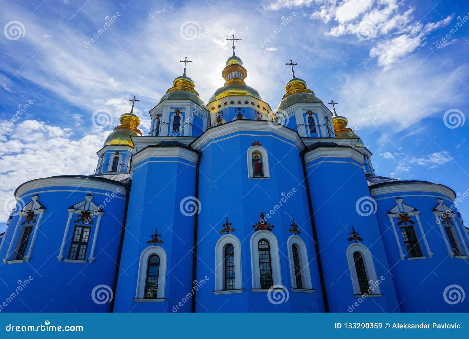 Взгляд церков монастыря Киева St Michael золотой приданный куполообразную форму задний