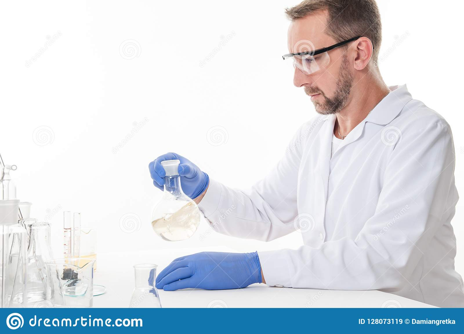 Взгляд человека в лаборатории пока выполнять экспериментирует