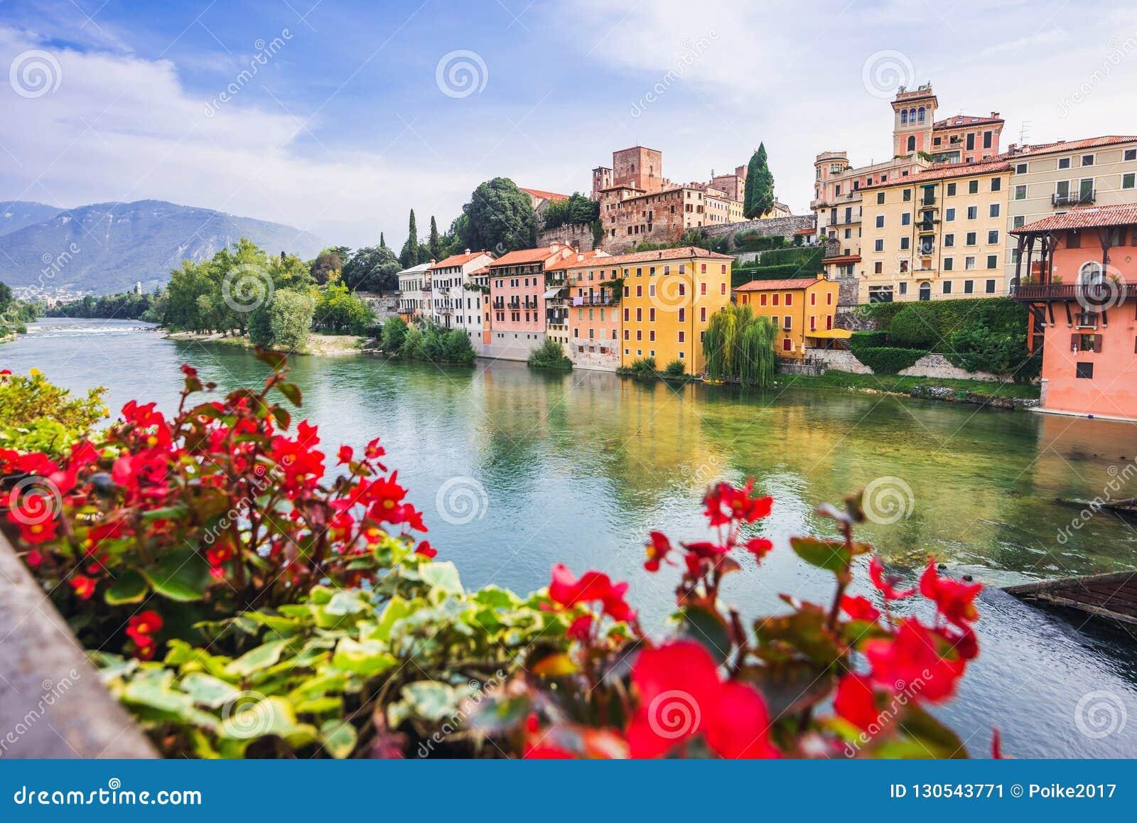 Взгляд Bassano del Граппы, области венето, Италии Популярное назначение перемещения