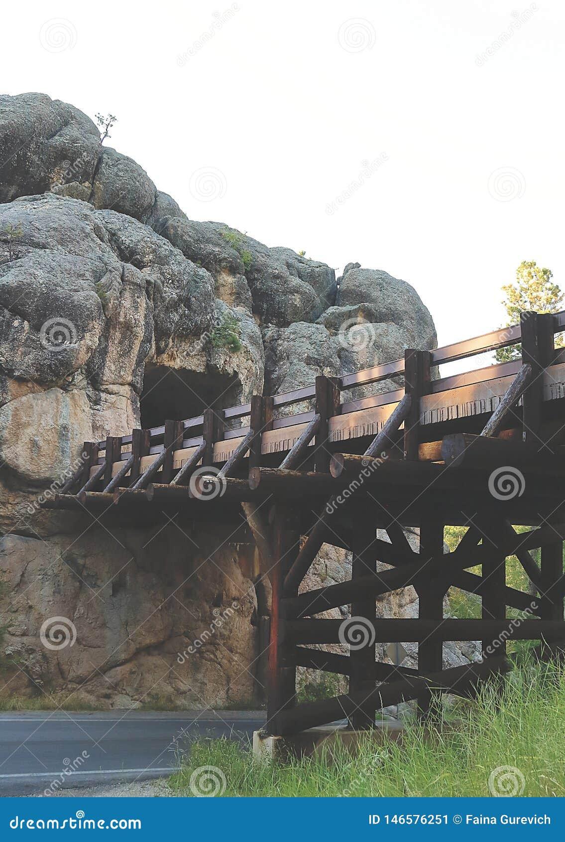 Взгляд c C Тоннель Gideon и красивый мост в Южной Дакоте