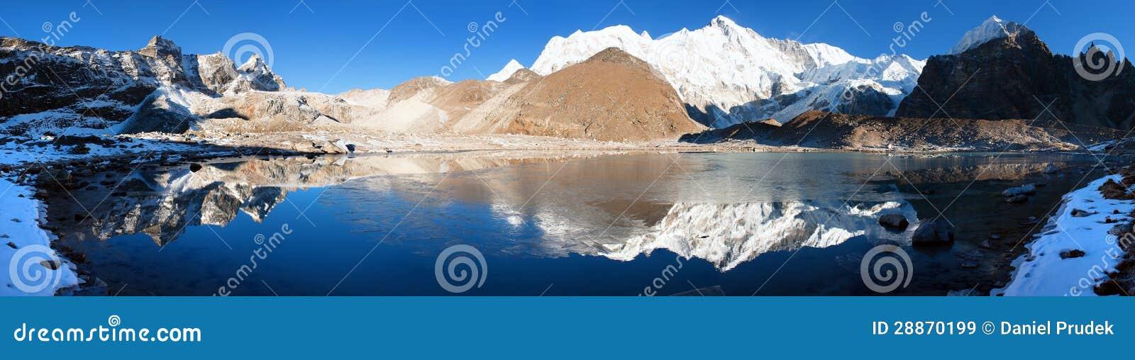 Взгляд Cho Oyu отражая в озере