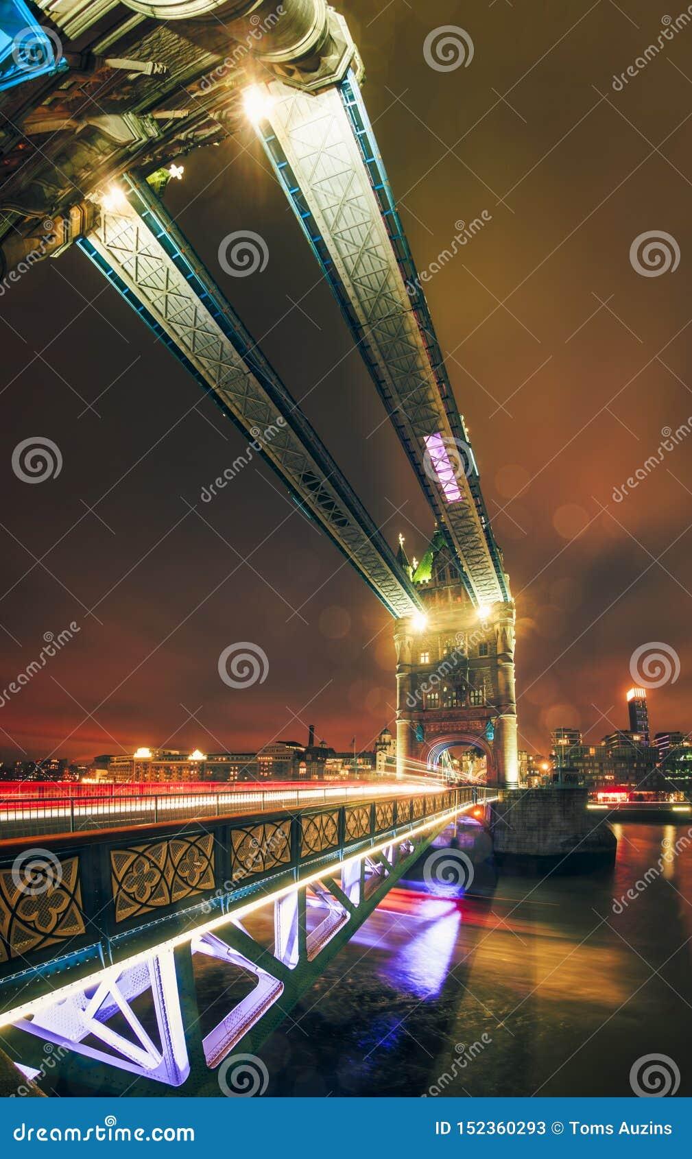 Взгляд Fisheye светов следа движения на мосте башни вечером