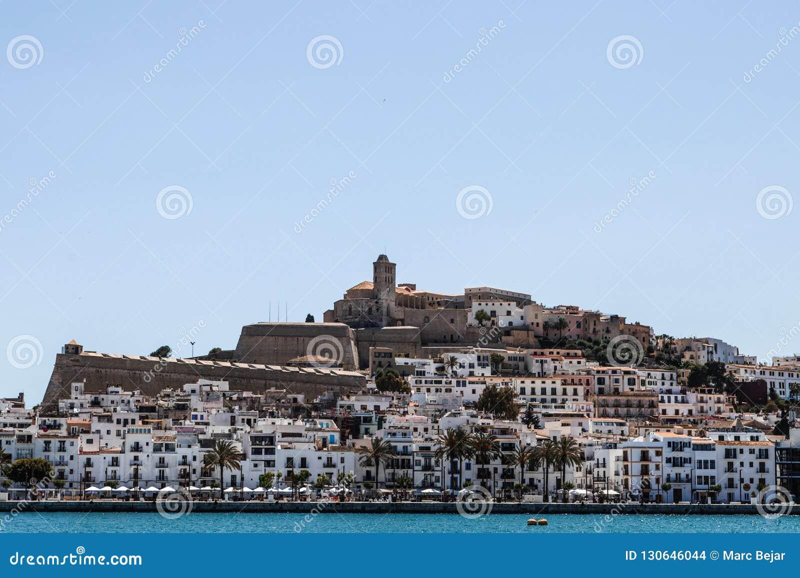 Взгляд Ibiza от гавани