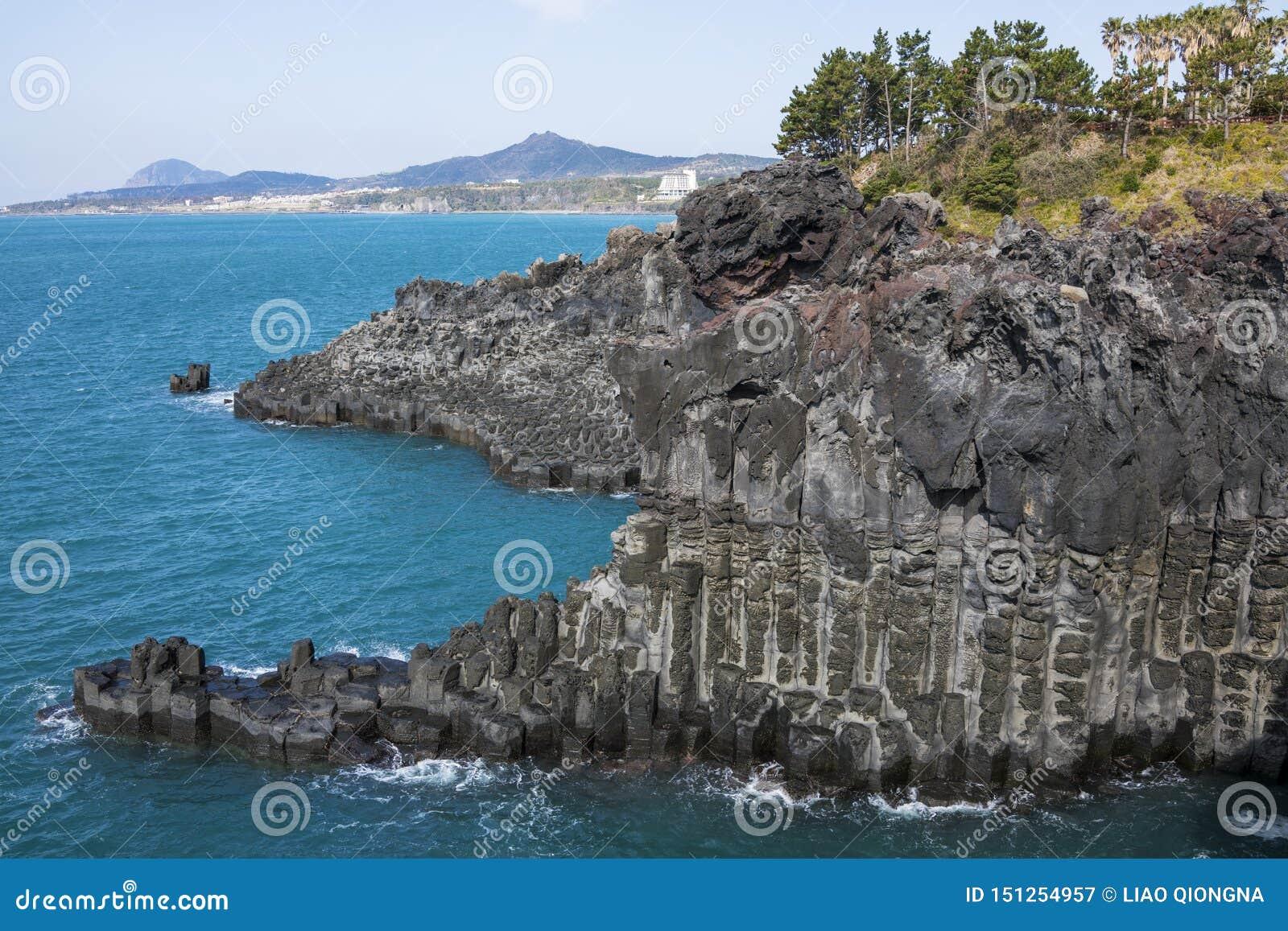 Взгляд Jusangjeollidae Jusangjeolli каменные штендеры сложенные вверх по побережью и обозначенный культурный памятник Jeju