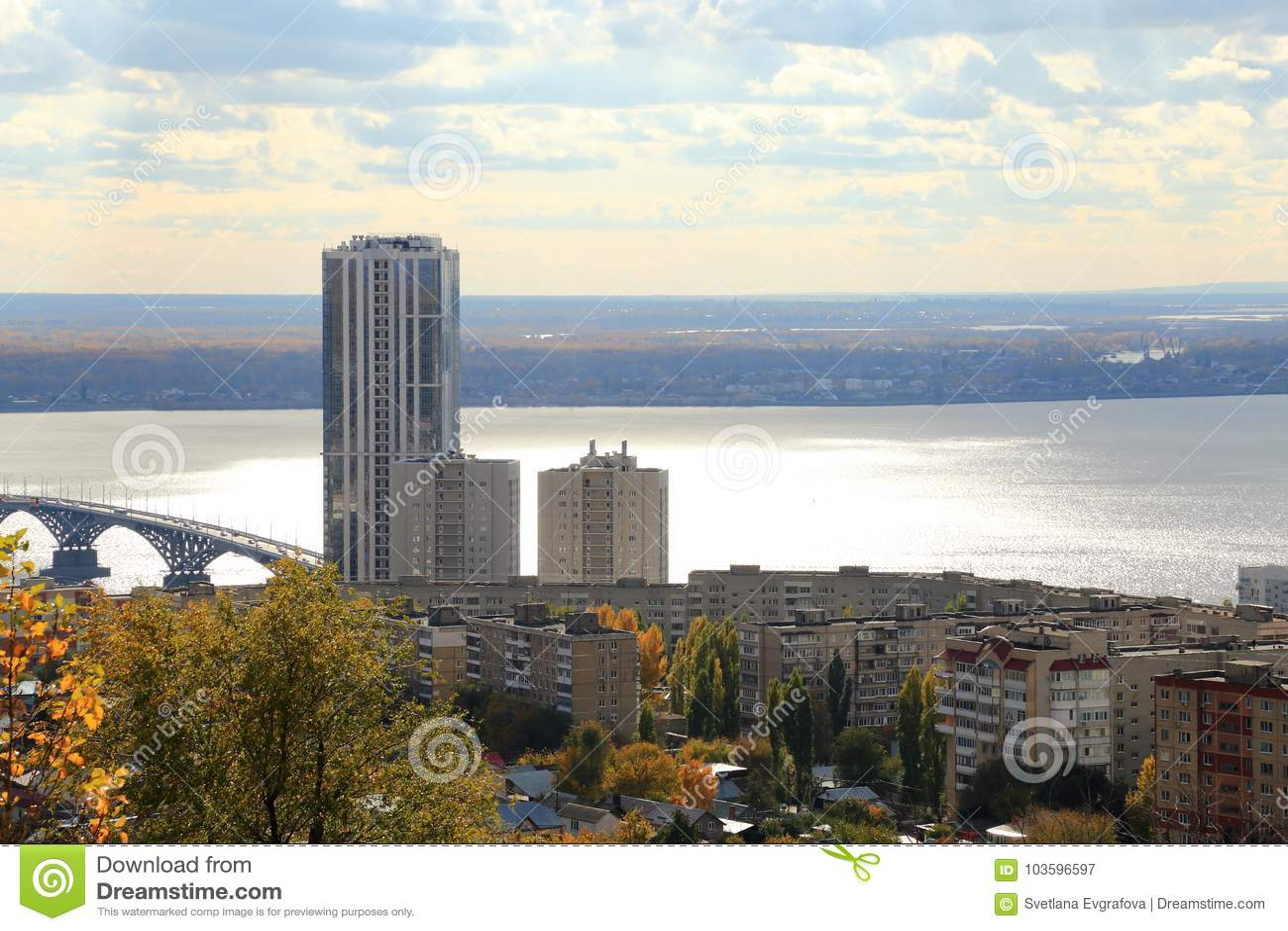 взгляд saratov города осени панорамный Мост над Волгой, Саратов-Энгельсом, Россией Взгляд от горы Sokolovaya