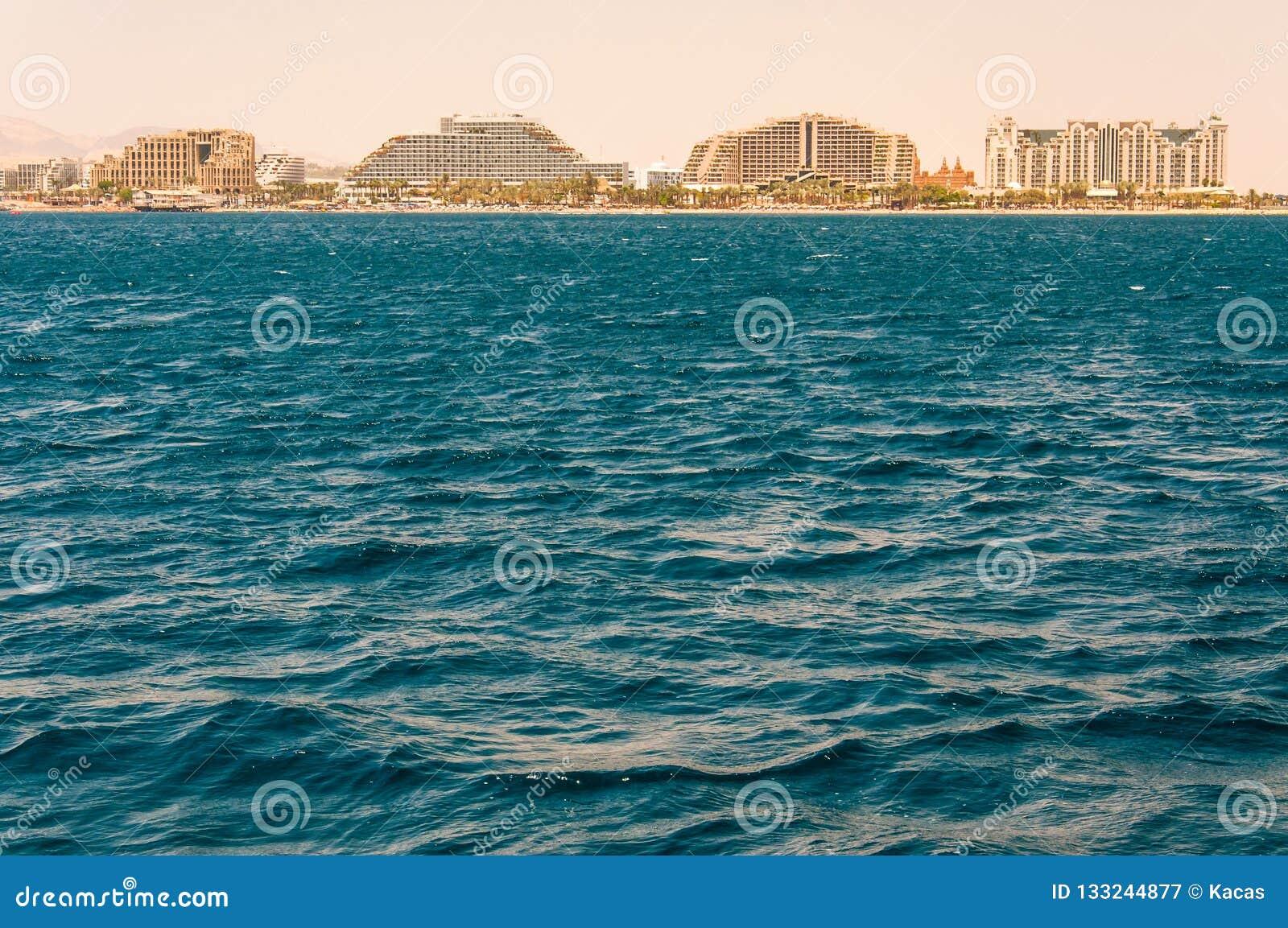 Взгляд Seascape от Красного Моря на известных гостиницах на пляже Eilat, южном курорте в Израиле