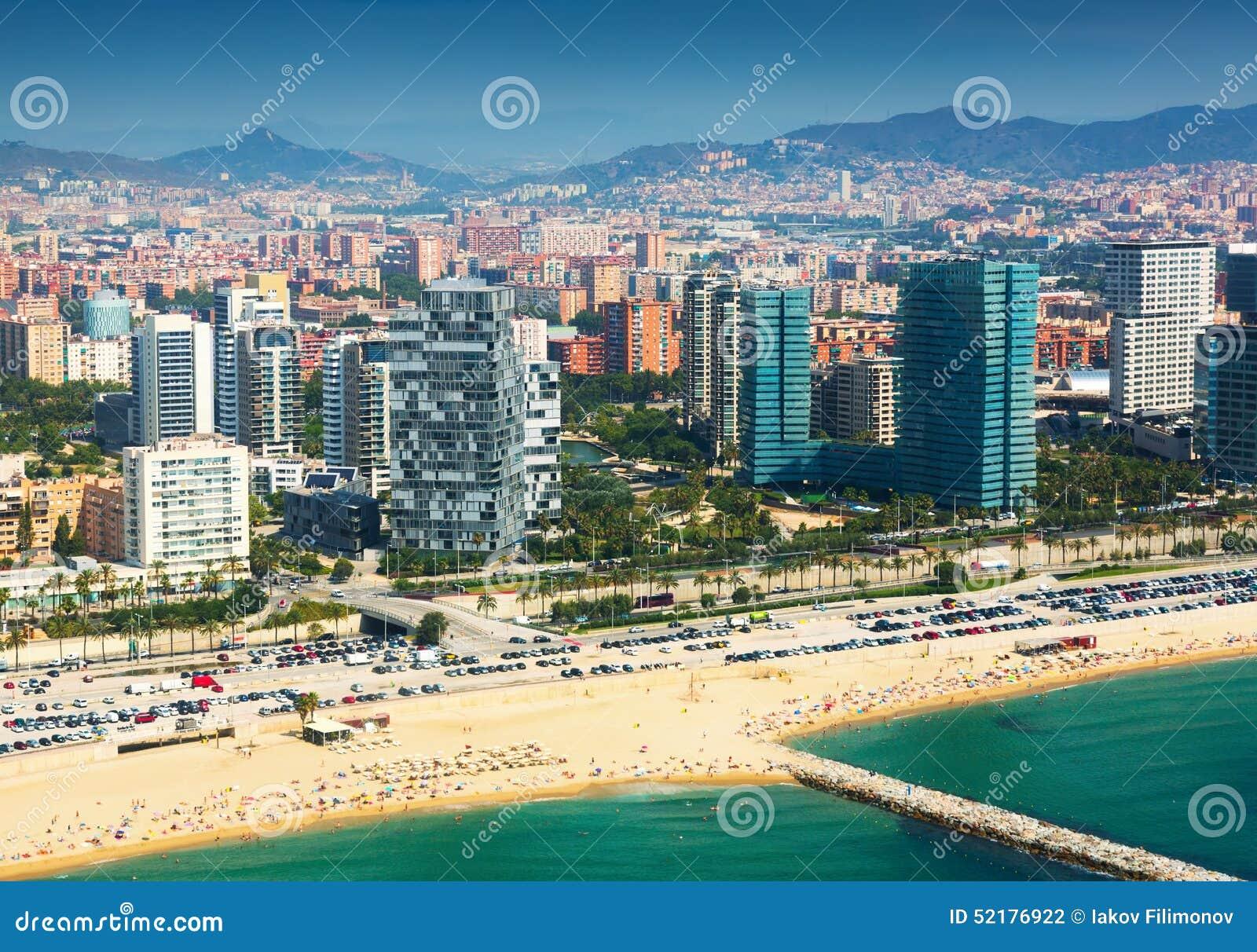 Взгляд Барселоны от вертолета Сторона новых домов на море