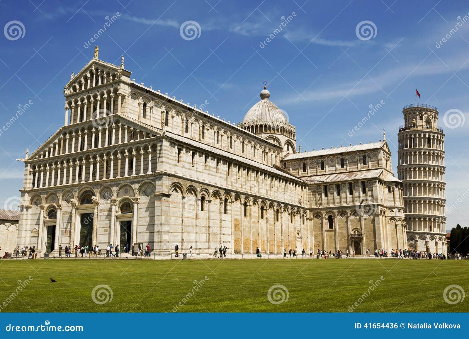 Взгляд башни склонности и базилики, Пизы, Италии