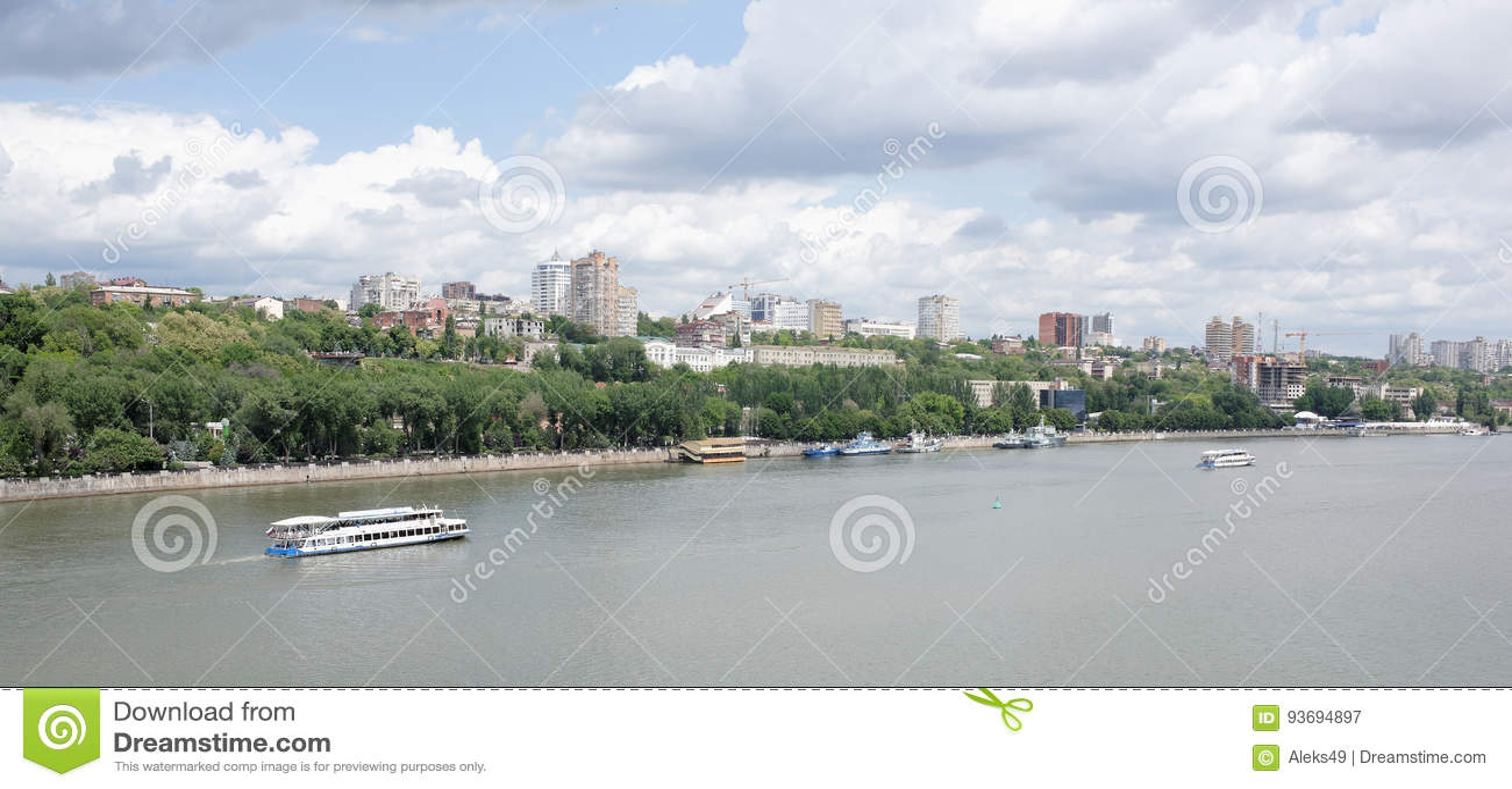 Взгляд города Rostov On Don от левого берега Дон
