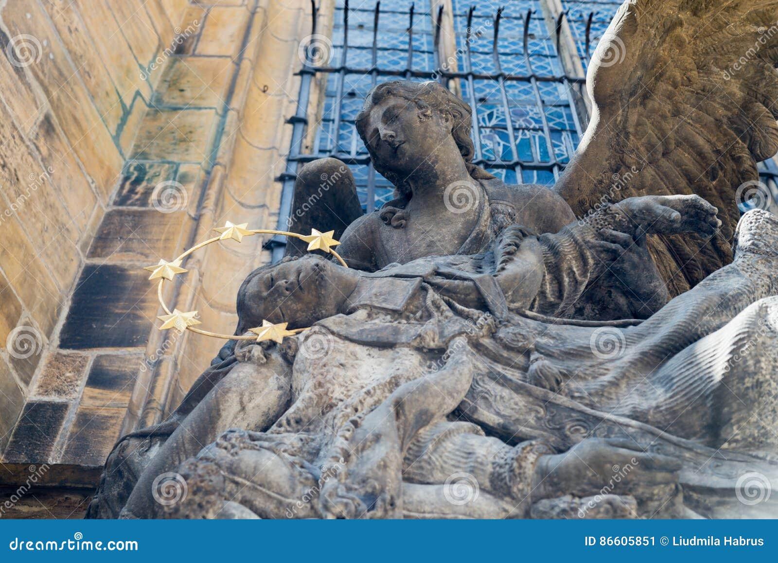 взгляд городка республики cesky чехословакского krumlov средневековый старый статуя St. John Nepomuk на соборе St Vitus