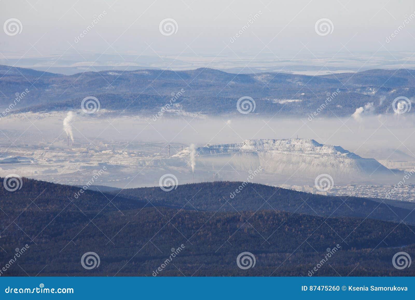 Взгляд городка Satka от гребня Zyuratkul трубы Зима