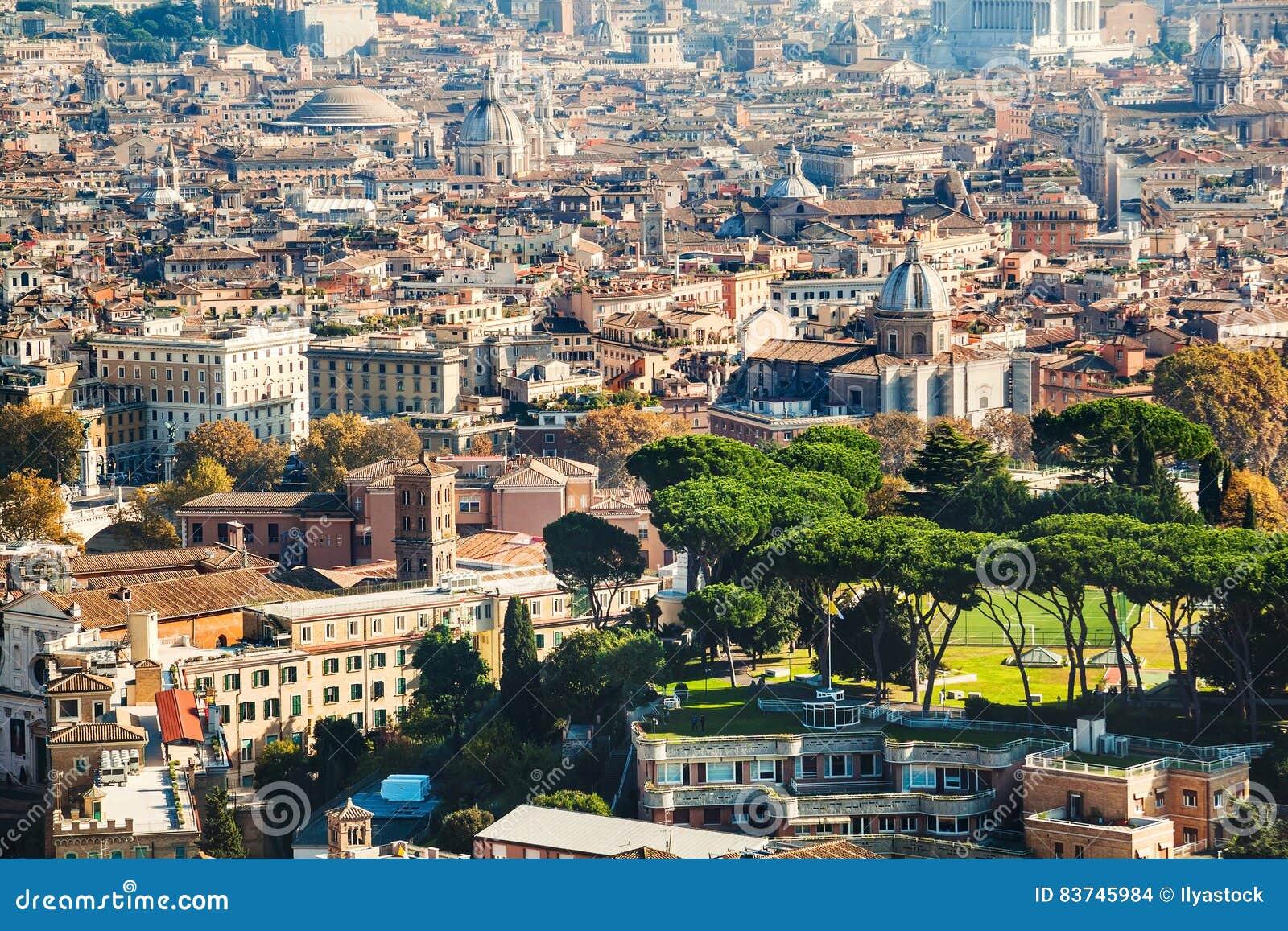 Взгляд городского пейзажа центрального Рима принятый от базилики St Peter