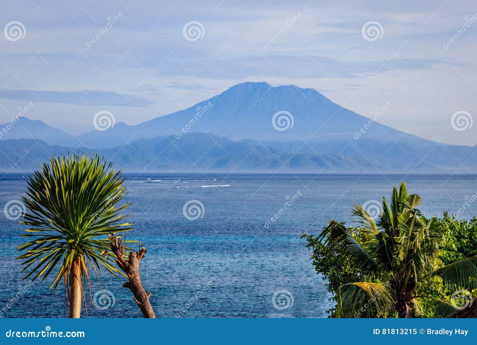 Взгляд горы Agung от Nusa Lembongan, Индонезии