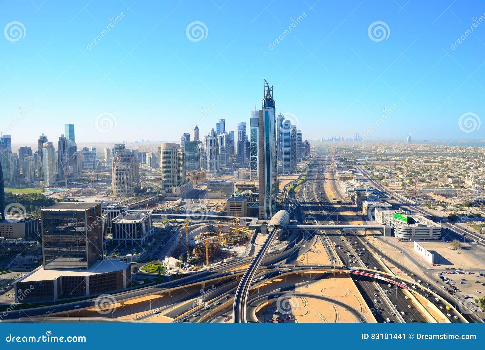Взгляд глаза ` s птицы Дубай Небоскребы в пустыне