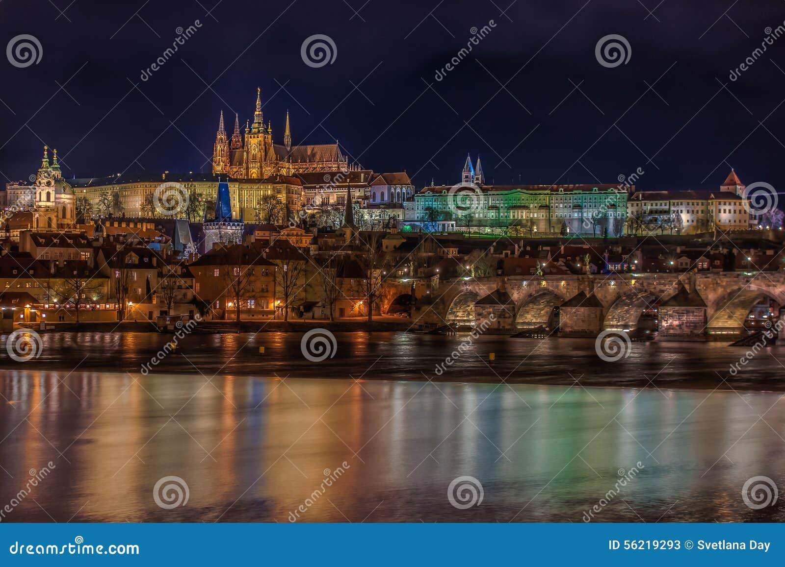 Взгляд замка Праги на ноче