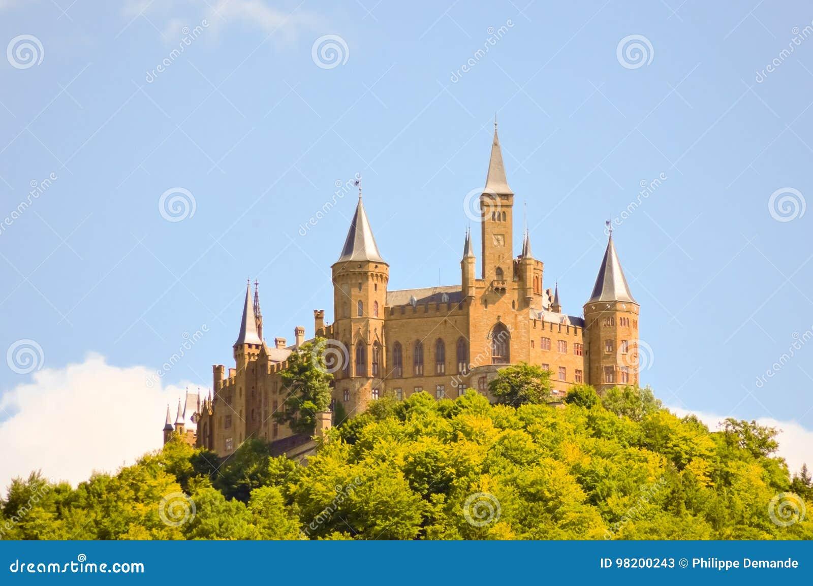 Download Взгляд замка Hohenzollern стоковое изображение. изображение насчитывающей панорама - 98200243