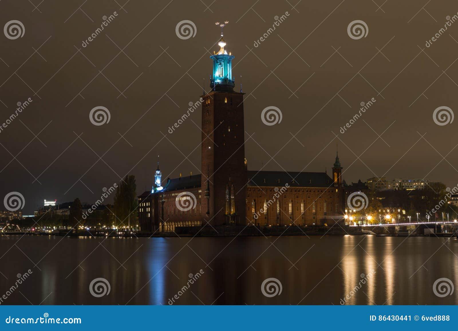 Взгляд здание муниципалитета ночи в Стокгольме Швеция 05 11 2015