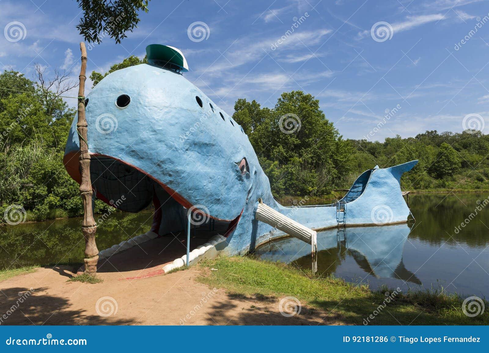 Взгляд известного синего кита привлекательностей стороны дороги Catoosa вдоль исторической трассы 66 в положении Оклахомы, США