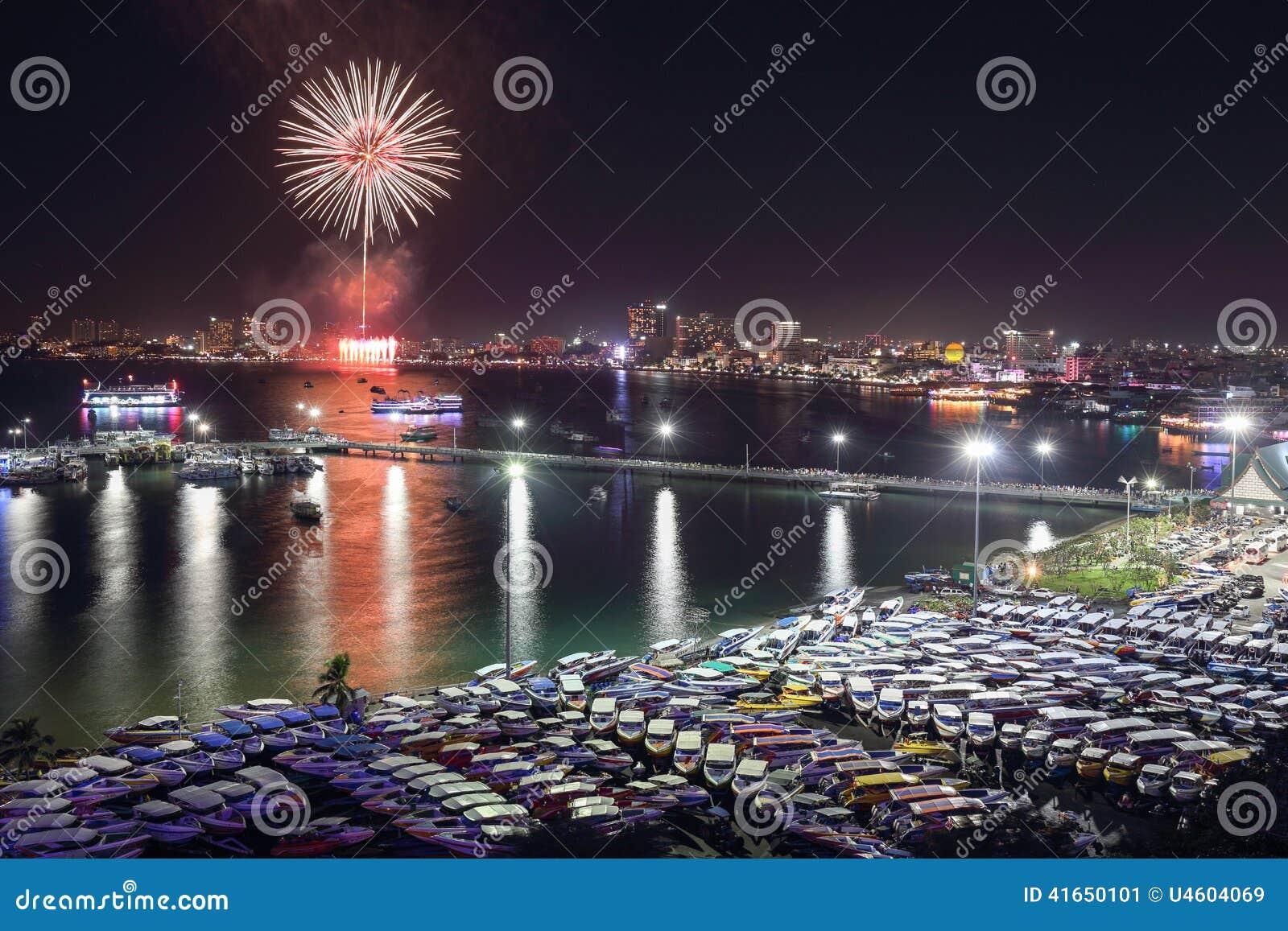 Взгляд и фейерверки ночи на городе Паттайя, Таиланде