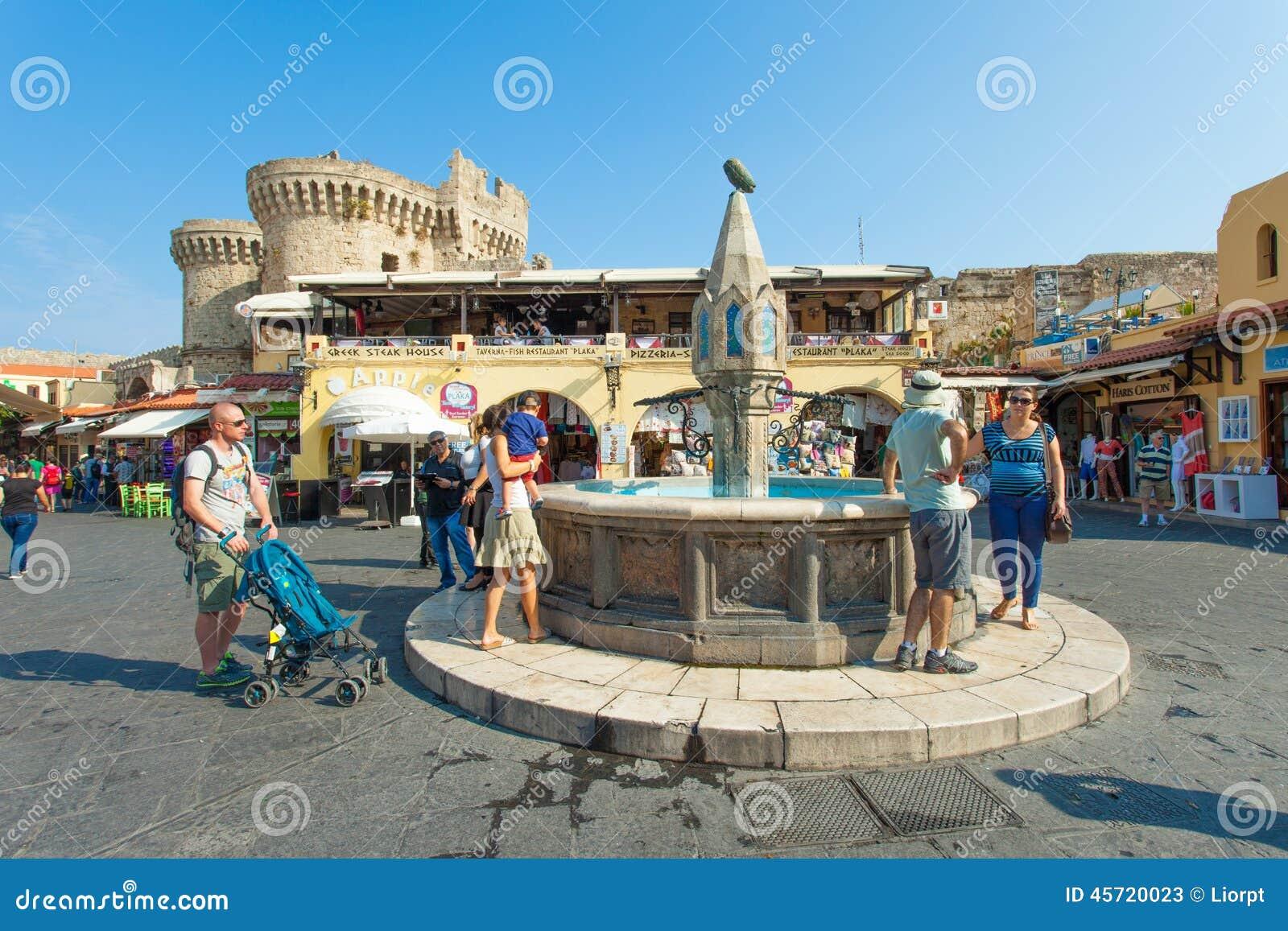 Взгляд квадрата центра города Родоса старого