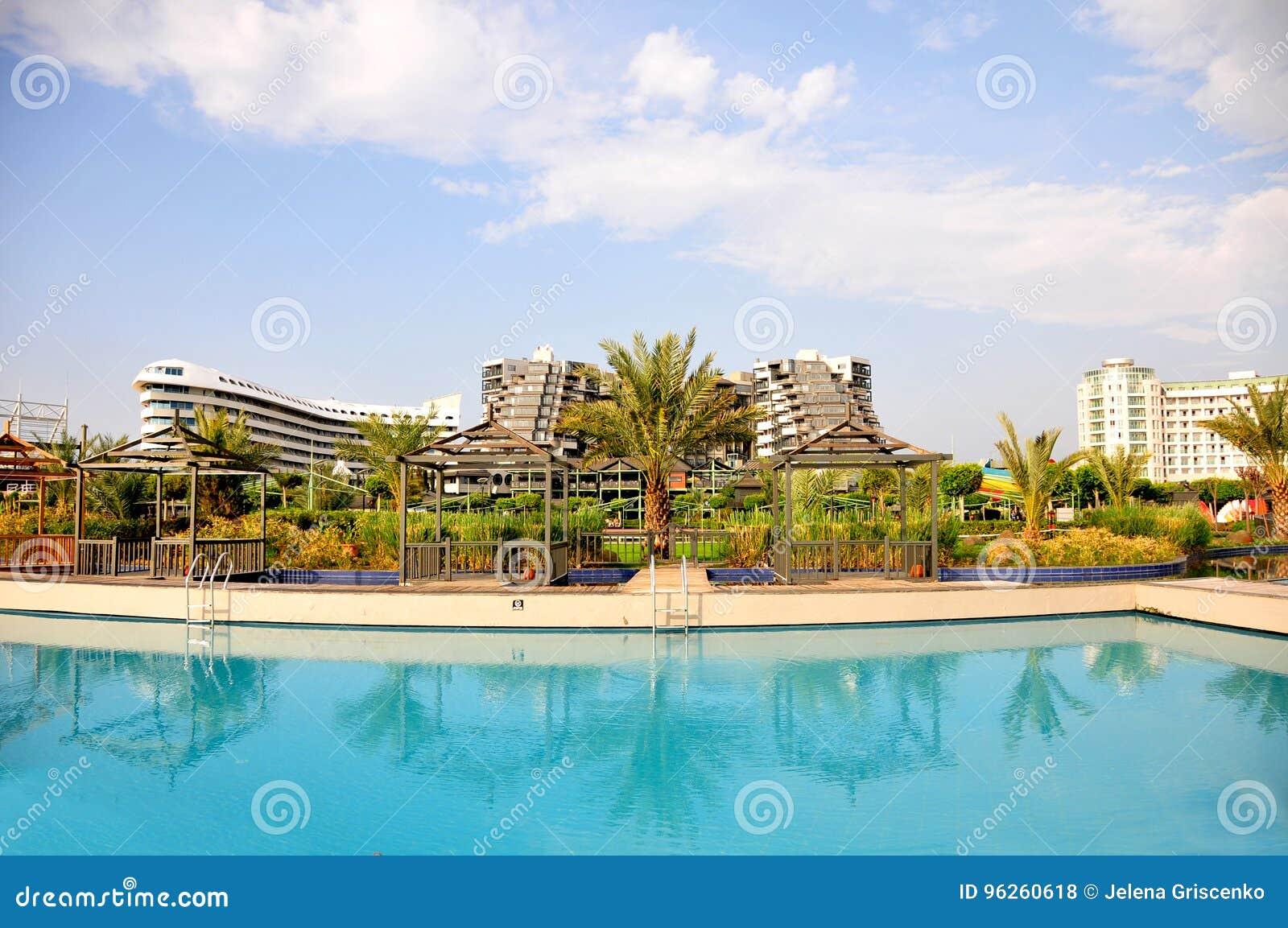 Взгляд к гостинице Limak Lara делюкс от бассейнов встает на сторону
