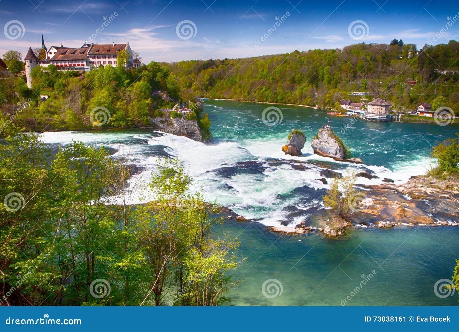 Взгляд к Rhine Falls около Schaffhausen, Швейцарии Rhine Falls самый большой простый водопад в Европе