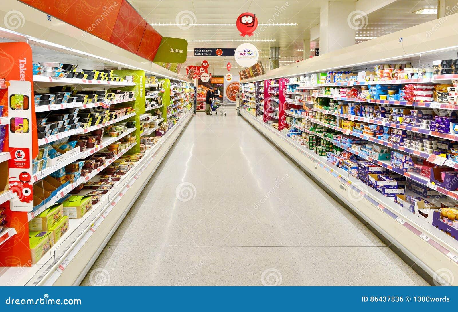 Взгляд междурядья супермаркета