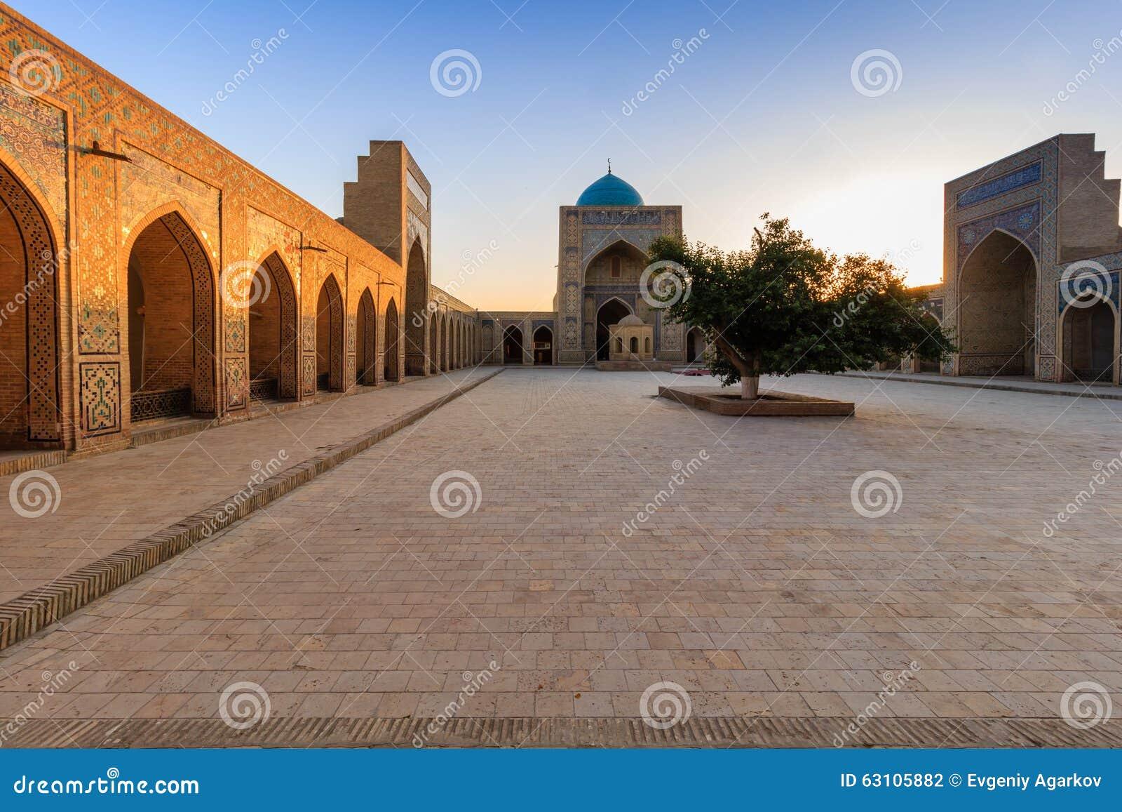 Взгляд мечети на заходе солнца, Бухары Kolon, Узбекистана