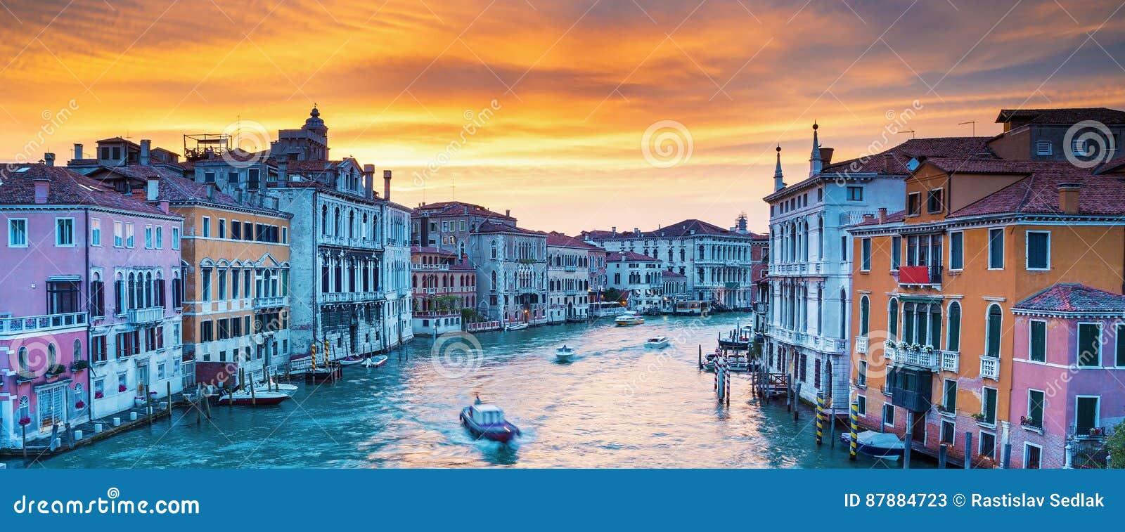 Взгляд на грандиозном канале в романтичной Венеции, Италии