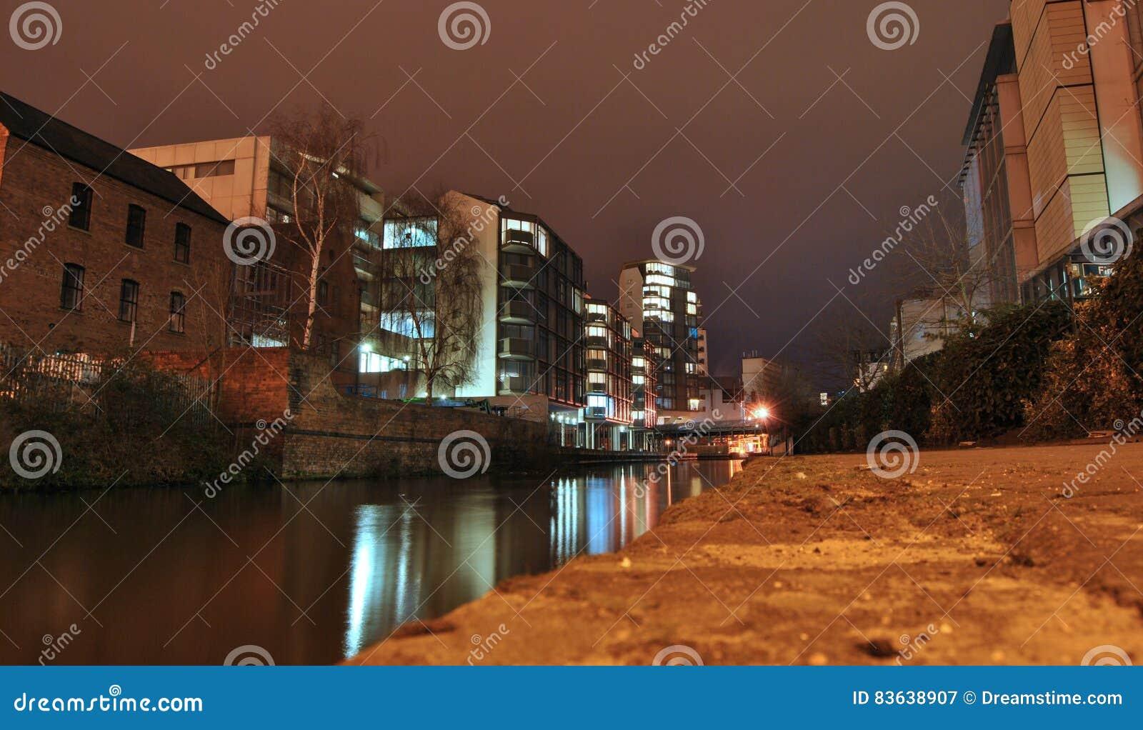 Взгляд на канале и ландшафте города или городской пейзаж на ноче, отражении сияющих светов, улице воды Trent, Ноттингеме, Великоб