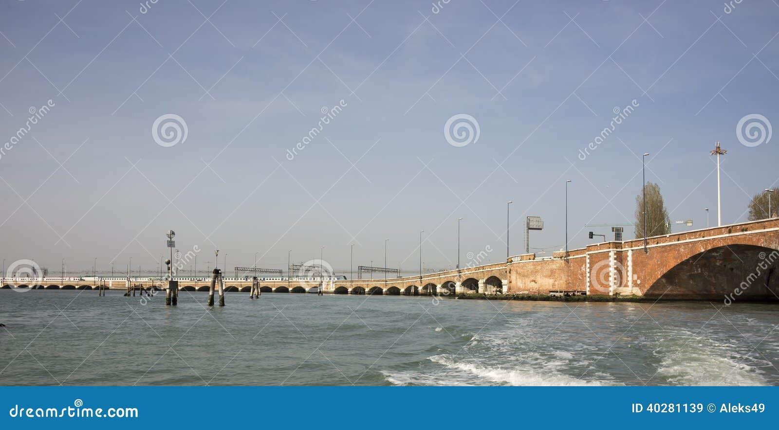 Взгляд на мостах Венеции от шлюпки