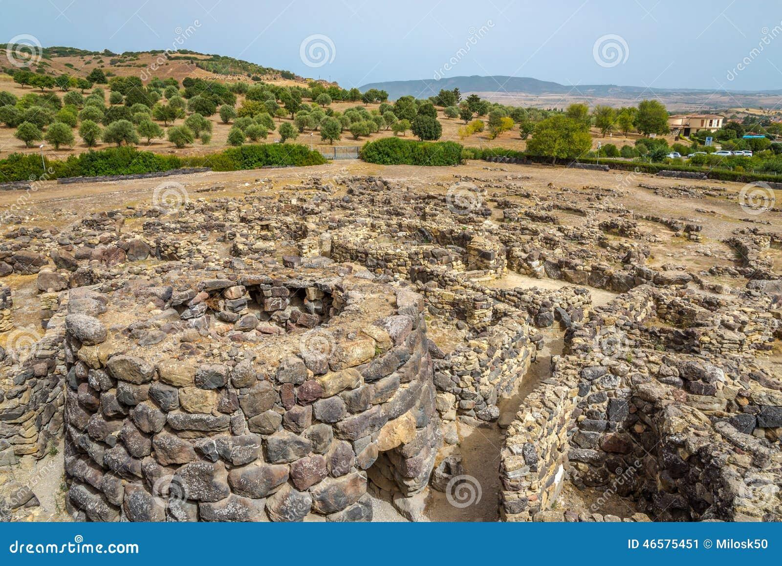 Взгляд на руинах от nuraghe Su Nuraxi около Barumini в Сардинии