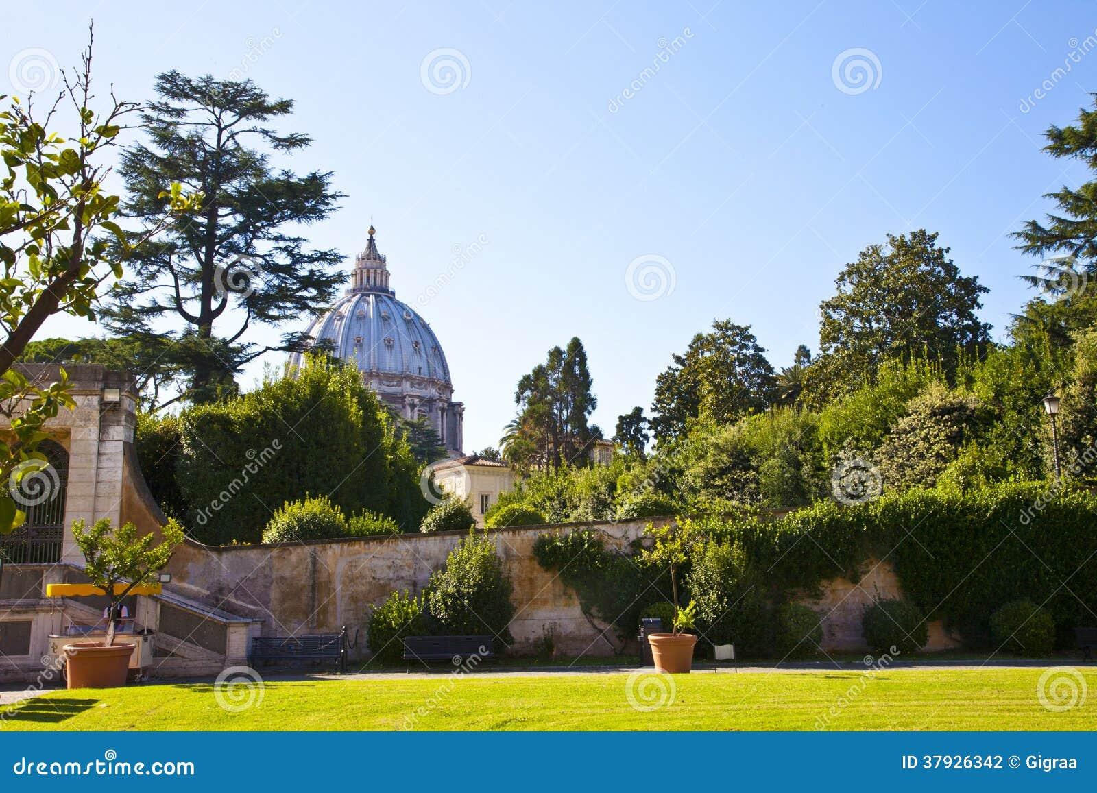 Взгляд на церков St Peter от сада Ватикана в Риме