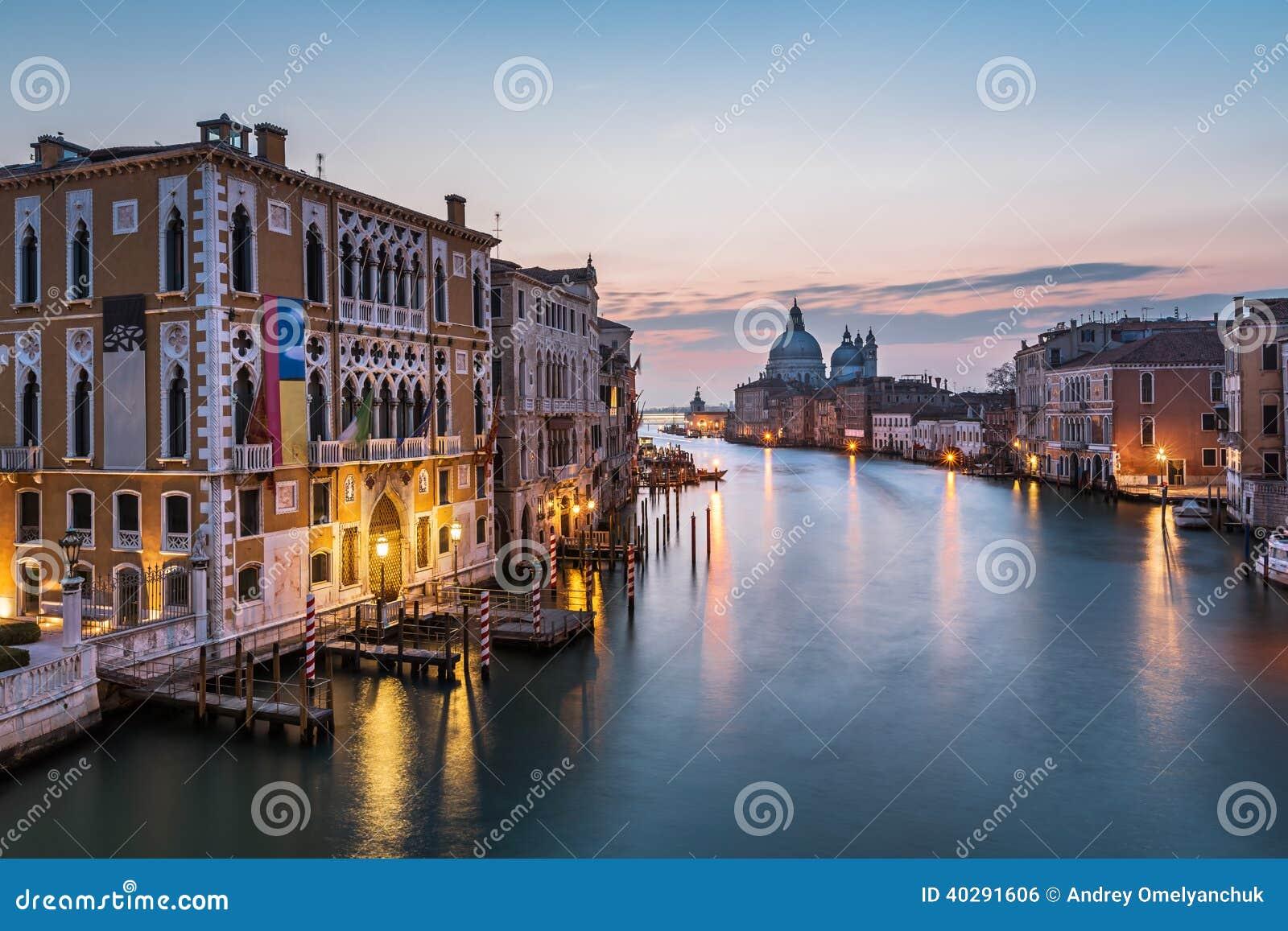 Взгляд на della грандиозного канала и Santa Maria салютует церков
