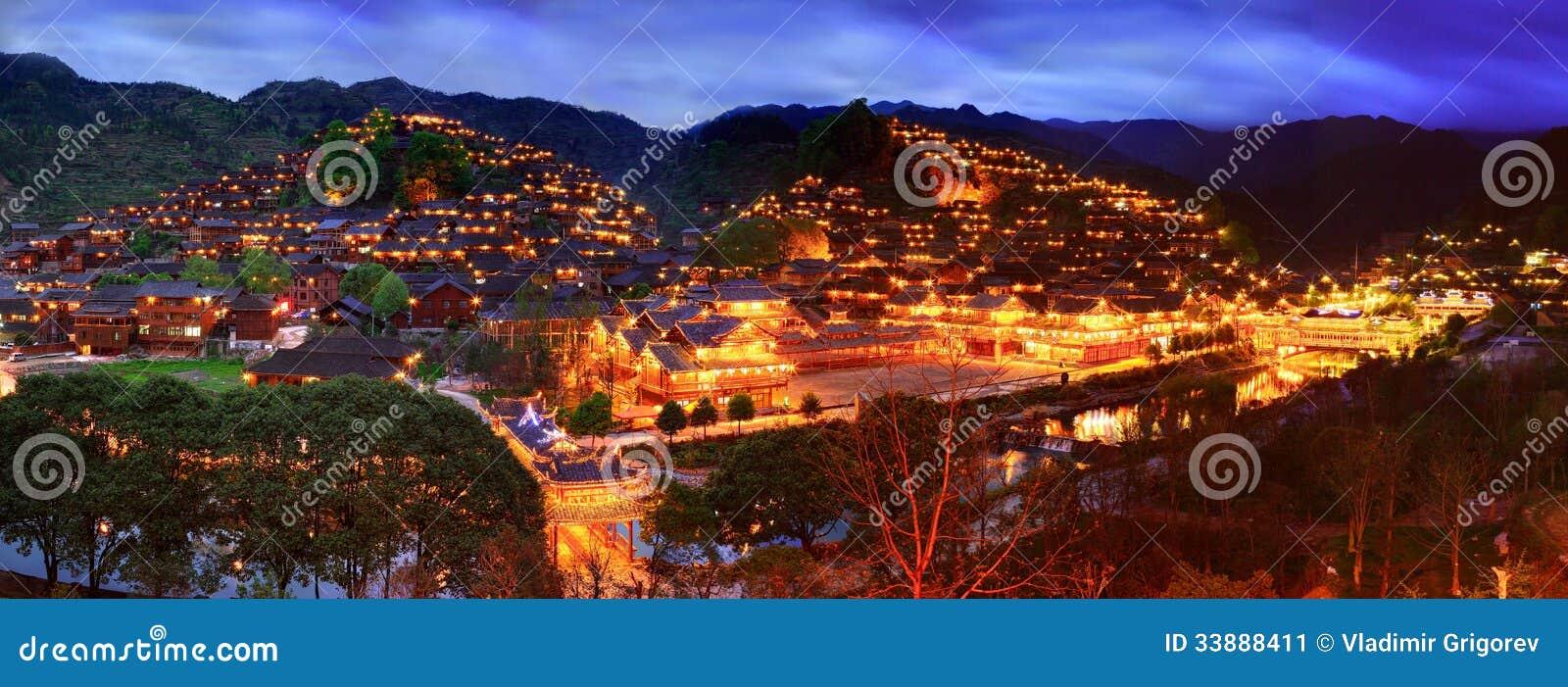 Взгляд ночи большого этнического села в юго-западном Китае.