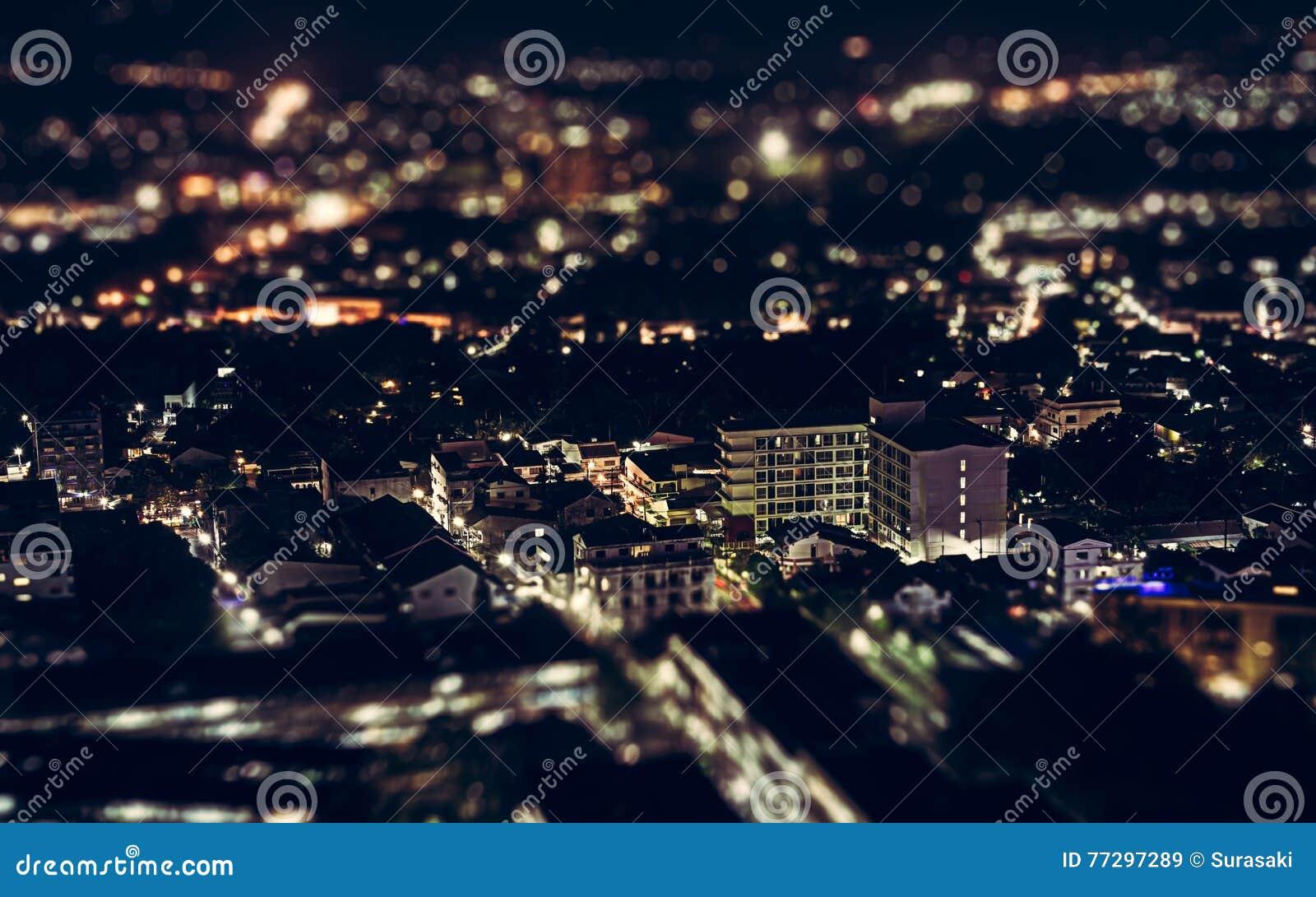 Взгляд ночи над городком Пхукета