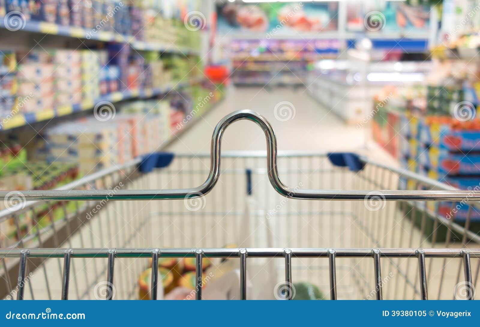 Взгляд от вагонетки магазинной тележкаи на магазине супермаркета. Розница.