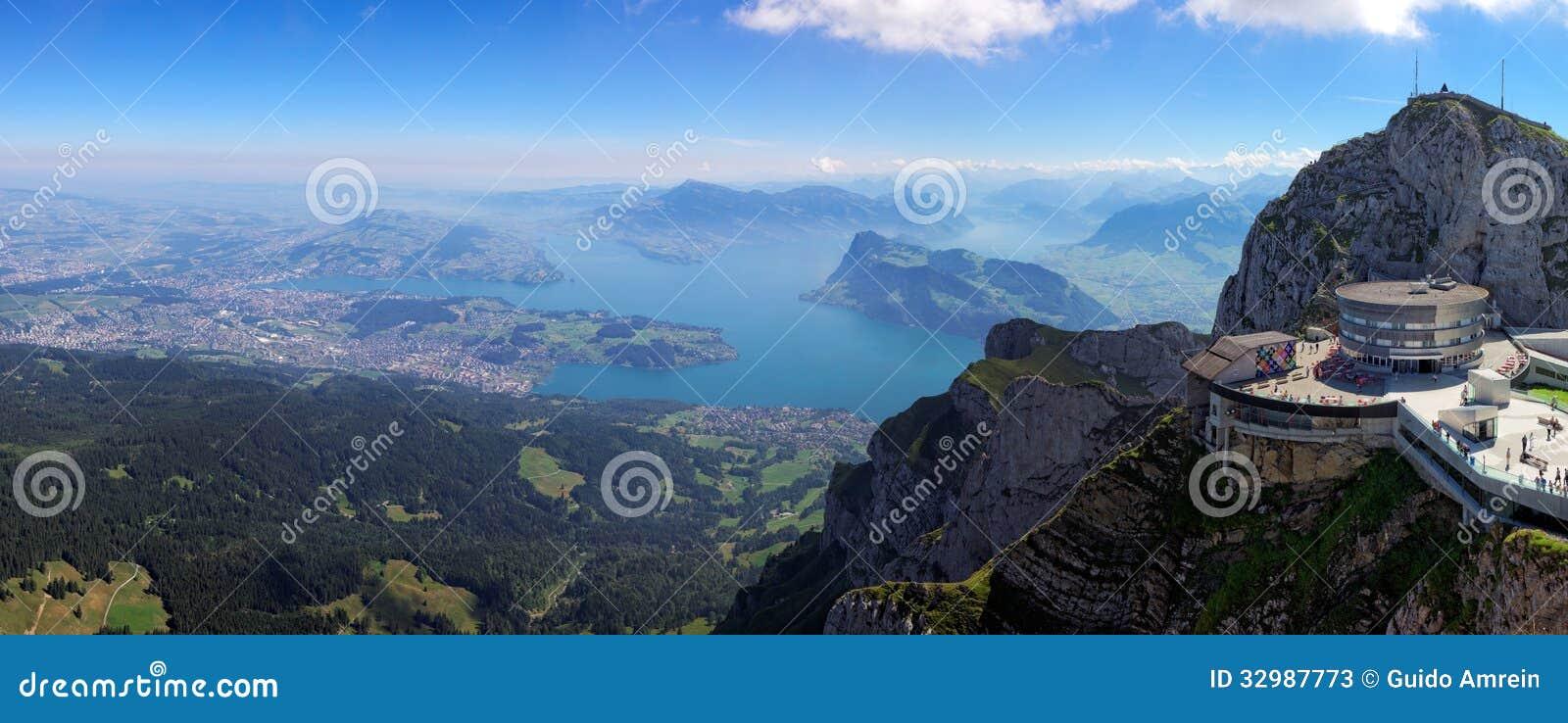 Взгляд от держателя Pilatus к озеру Люцерну, Швейцарии