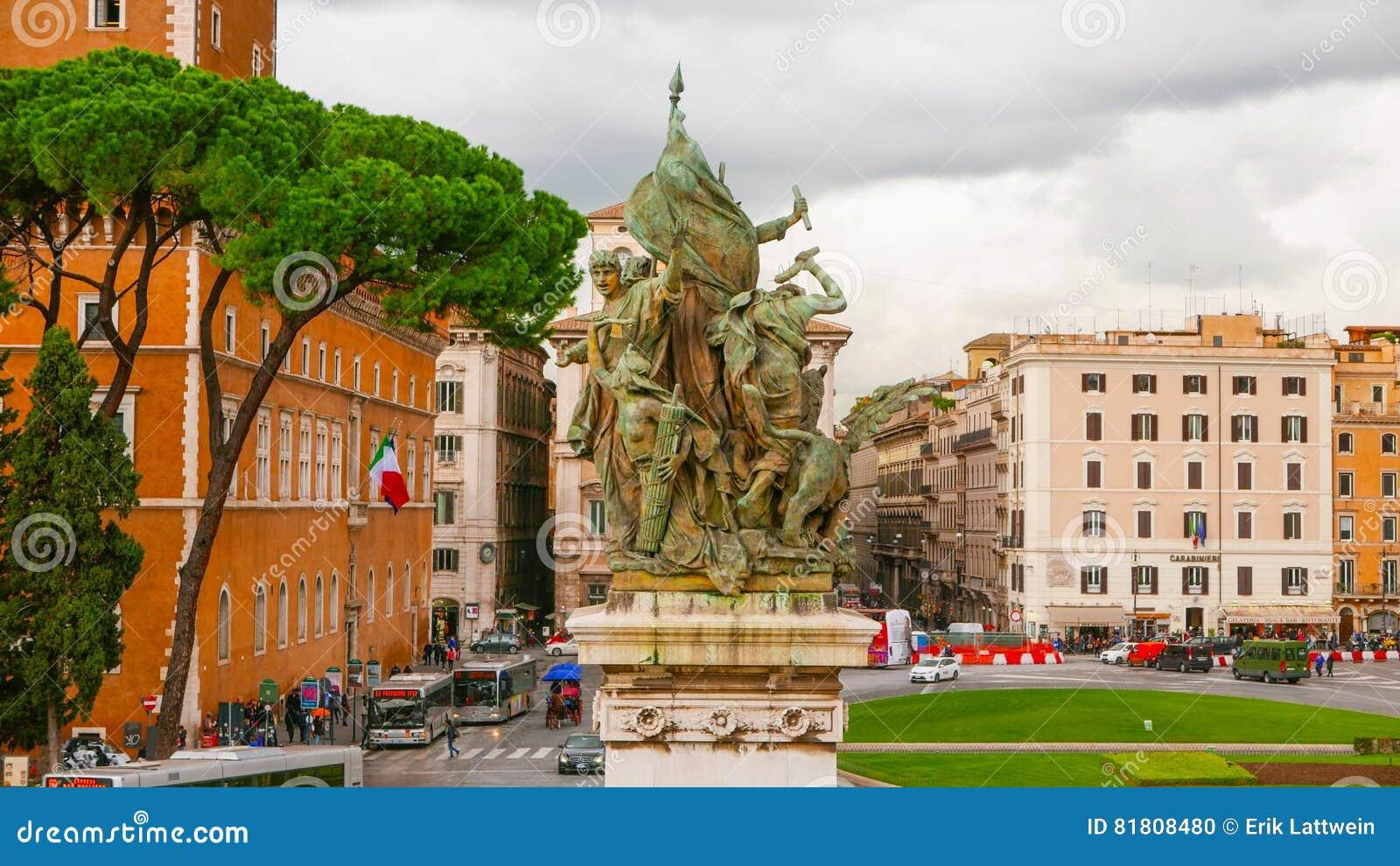 Взгляд от национального монумента на венецианском квадрате в Риме