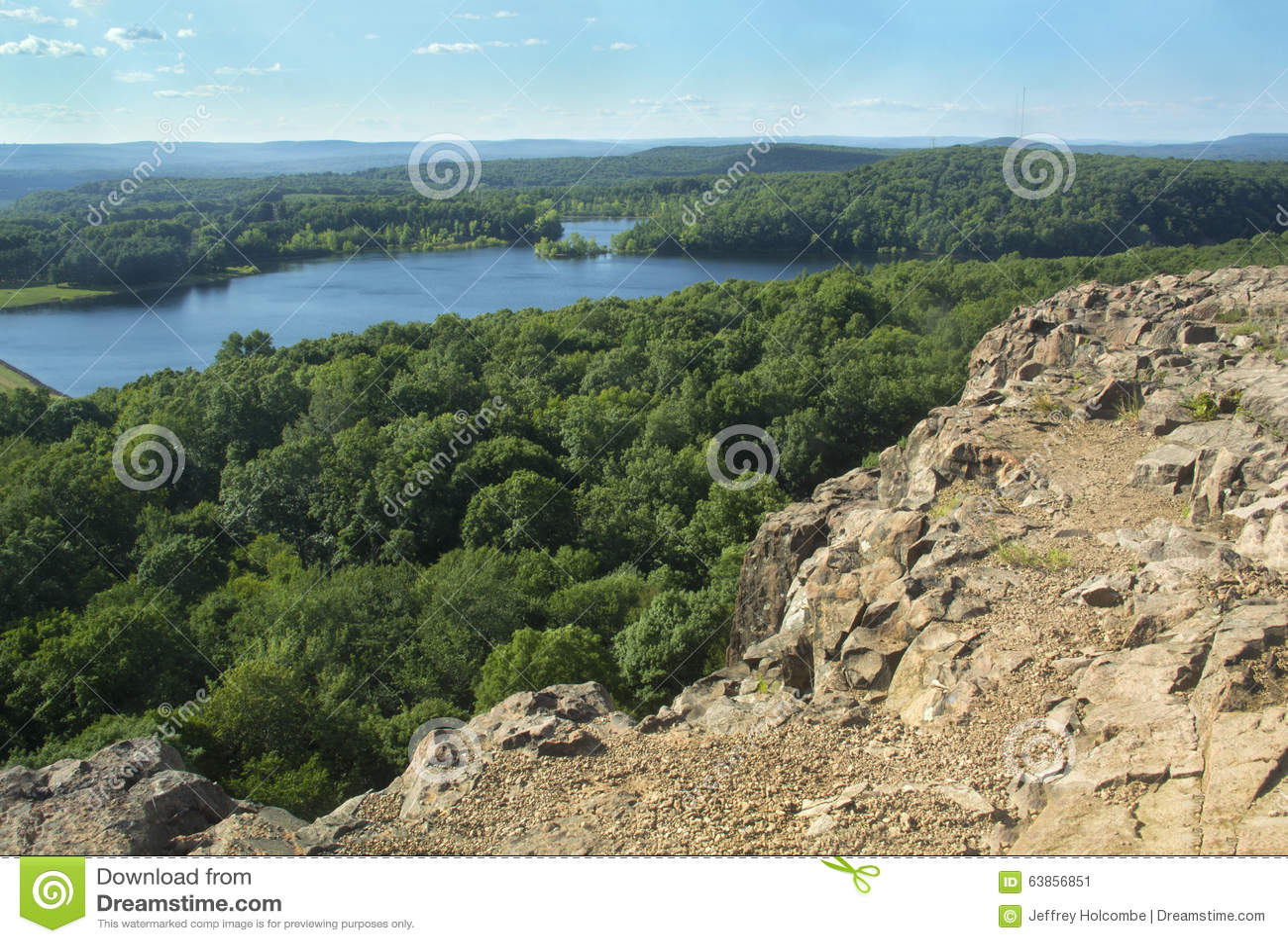 Взгляд резервуара Wassel от скалистого гребня на клочковатой горе, Коннектикуте