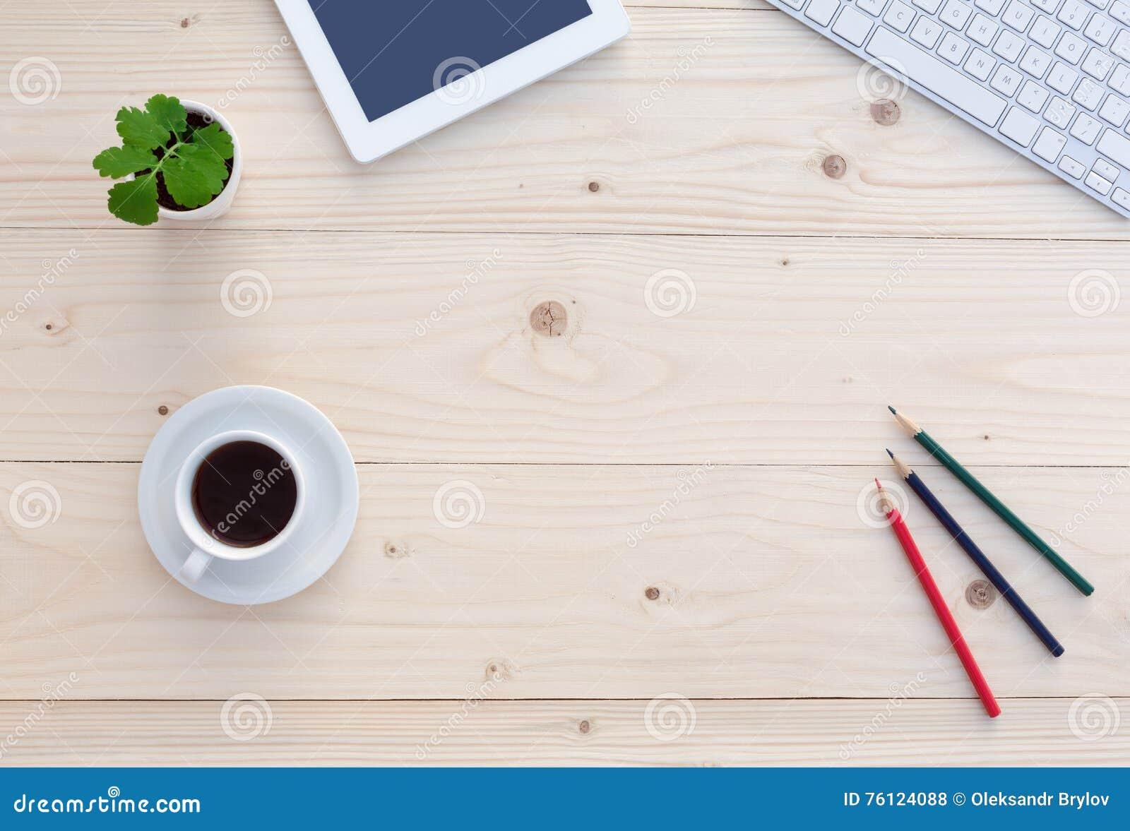 Взгляд сверху белого стола офиса с современными канцелярскими принадлежностями и цветком электроники