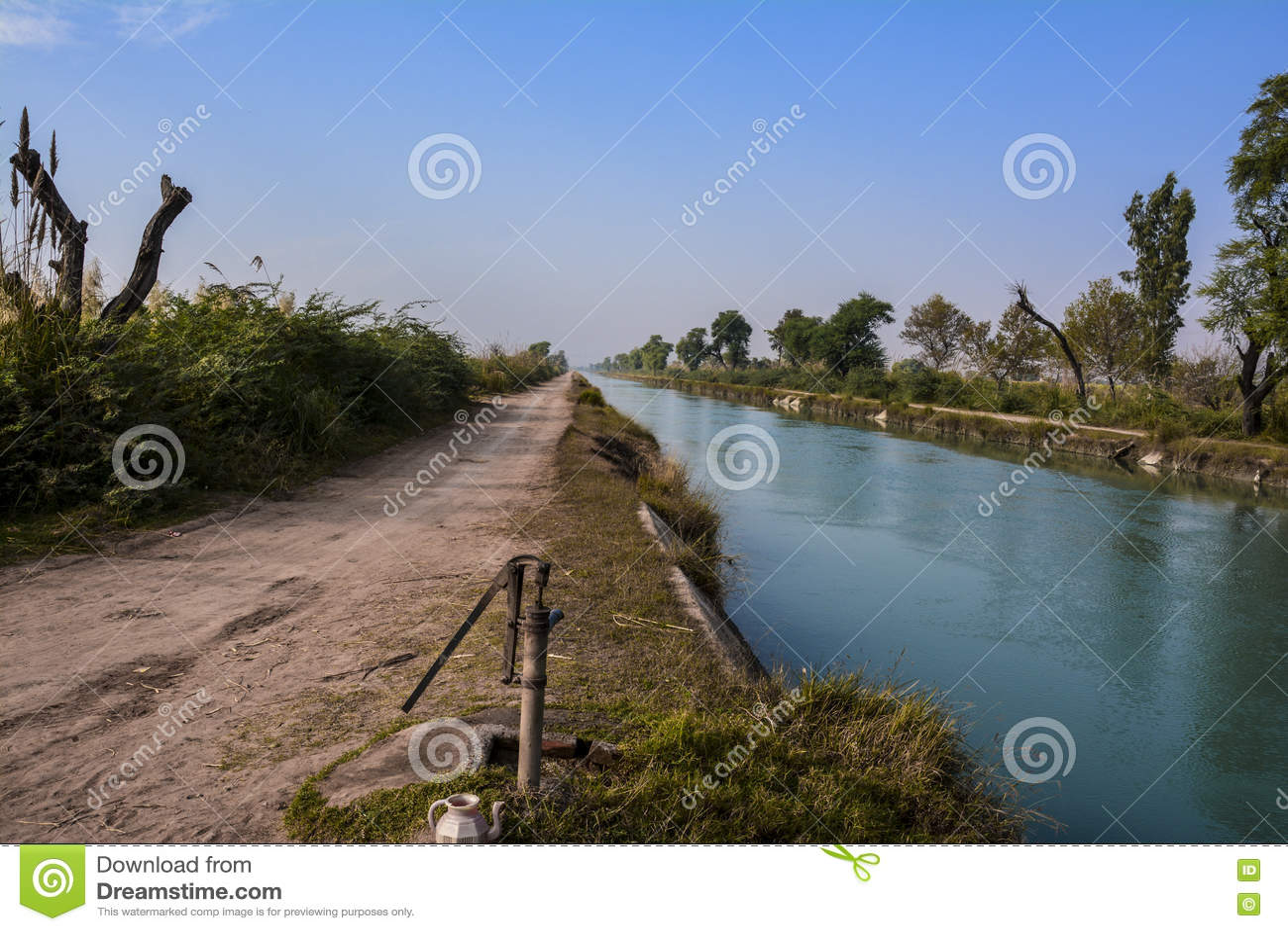 Взгляд со стороны †«северного Пенджаба Пакистана канала ветви Mohajir