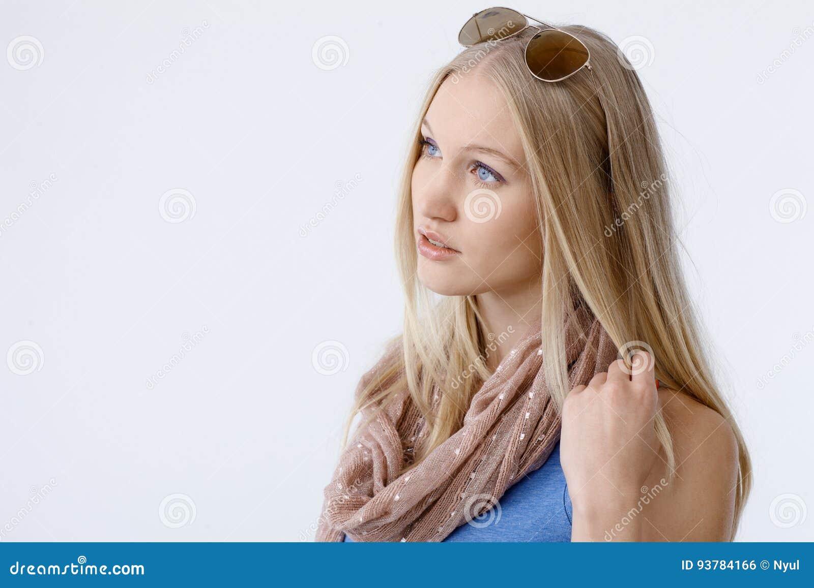 Взгляд со стороны красивой белокурой женщины