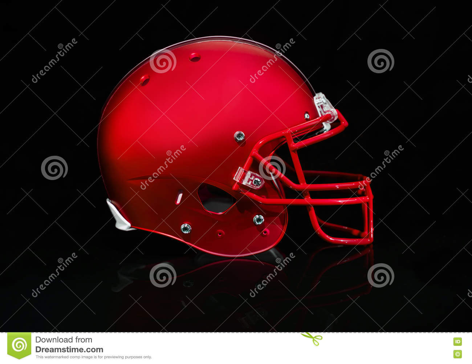 Взгляд со стороны красного шлема футбола на черной предпосылке