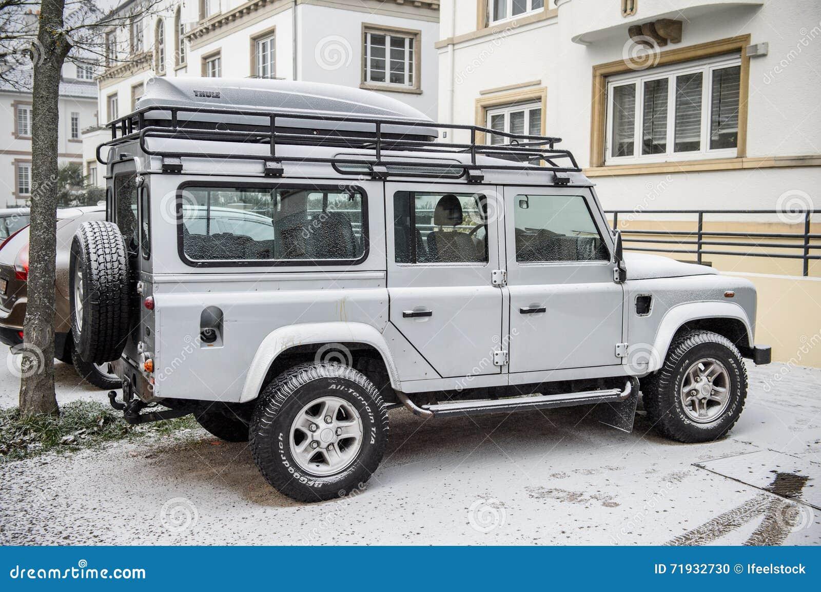 Взгляд со стороны Land Rover весь автомобиль корабля местности