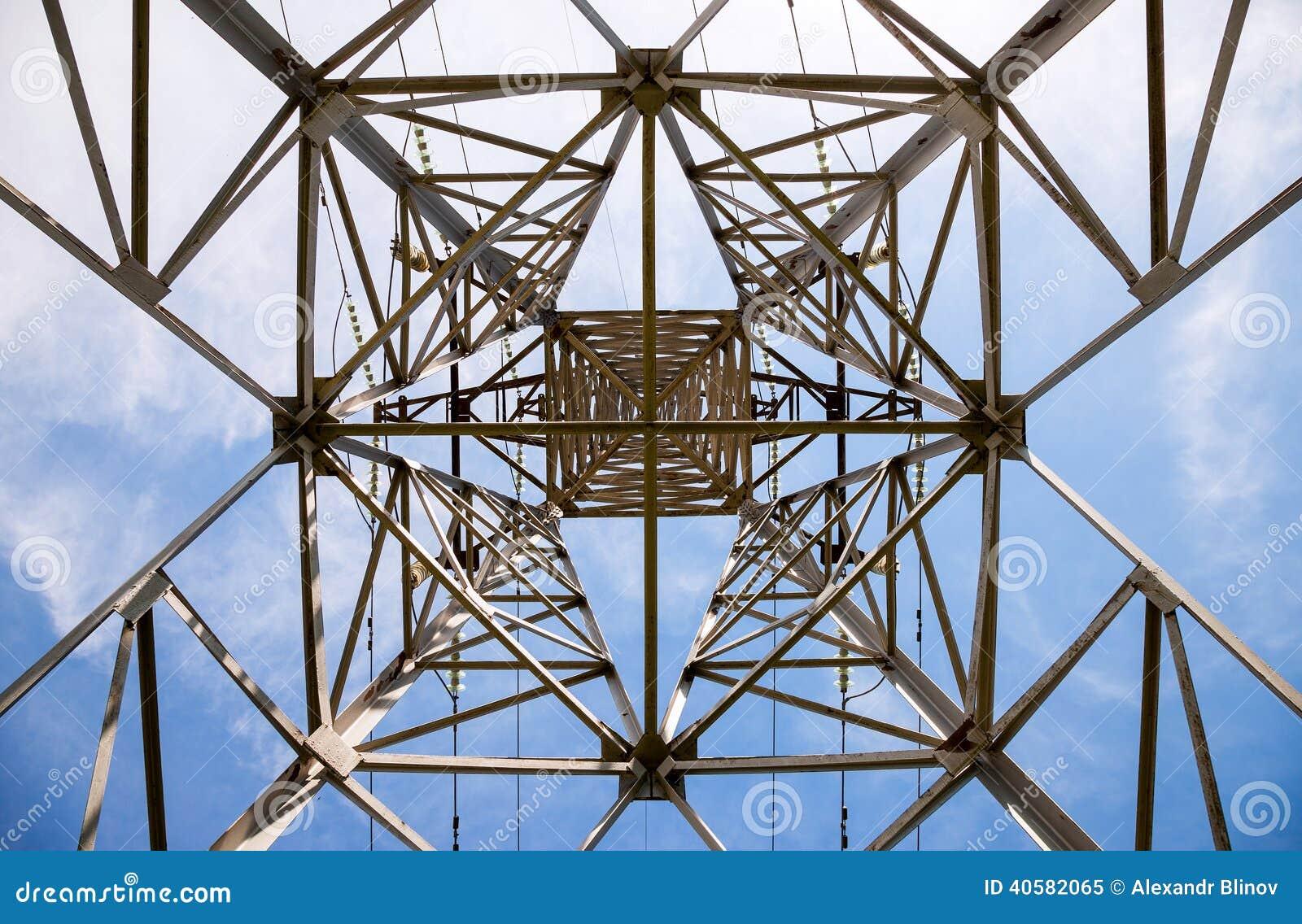 Взгляд структуры под башней передачи энергии